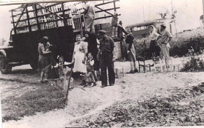 חוזרים לקיבוץ ניר-עם בתום מלחמת השחרור