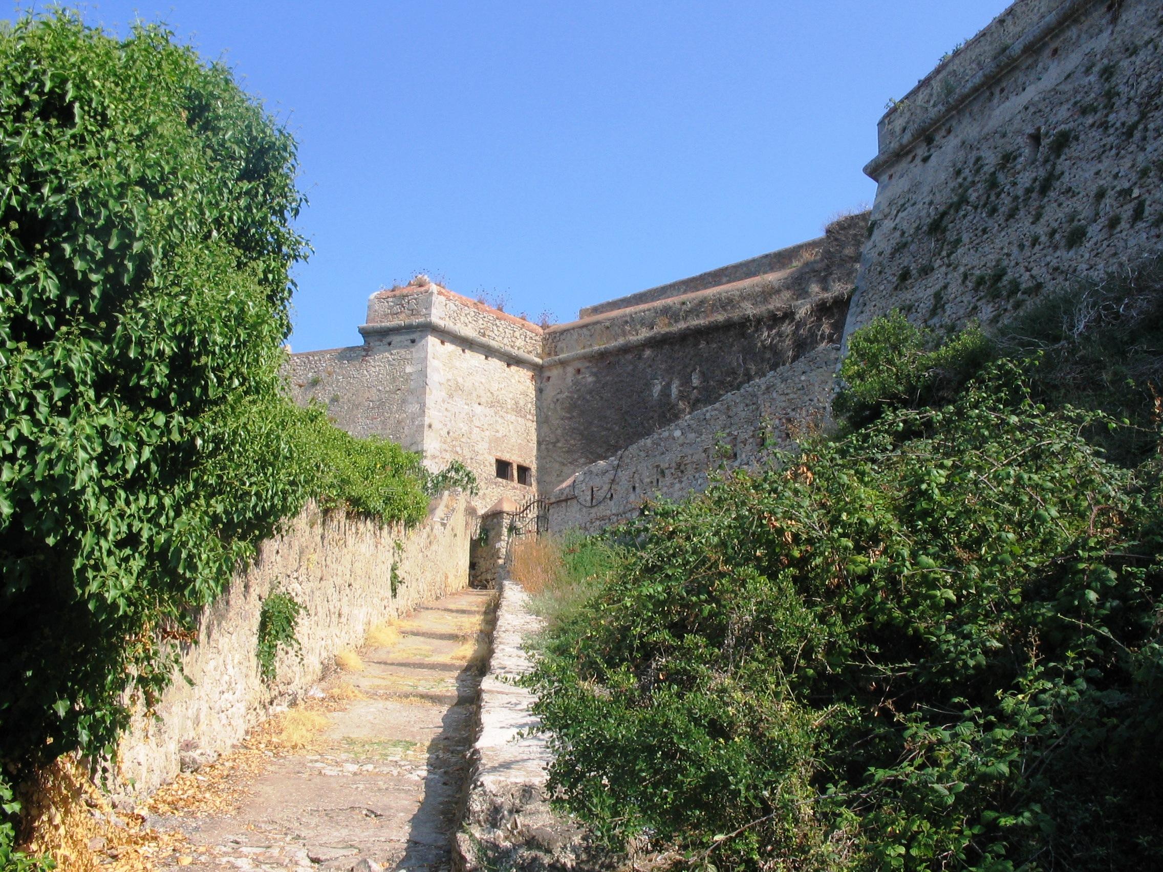 Porto Ercole - Salita alla fortezza dalla rocca.JPG