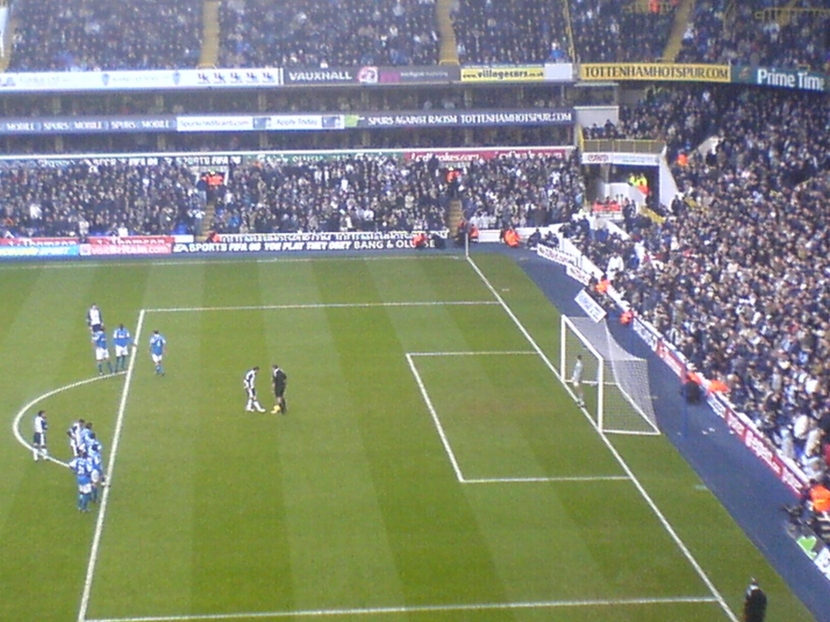 Keane si appresta a battere un rigore a White Hart Lane, in una partita contro il Birmingham del 2005.