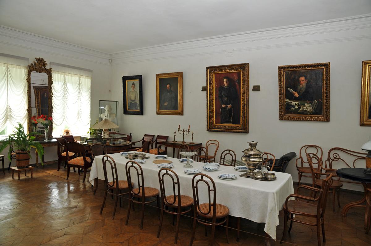 File:Sala Da Pranzo A Jasnaja Poljana.jpg Wikipedia #956536 1200 797 Lampade A Sospensione Per Sala Da Pranzo