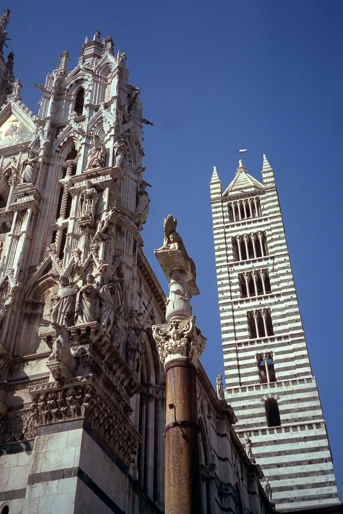 http://upload.wikimedia.org/wikipedia/commons/7/70/Siena-Duomo.jpg