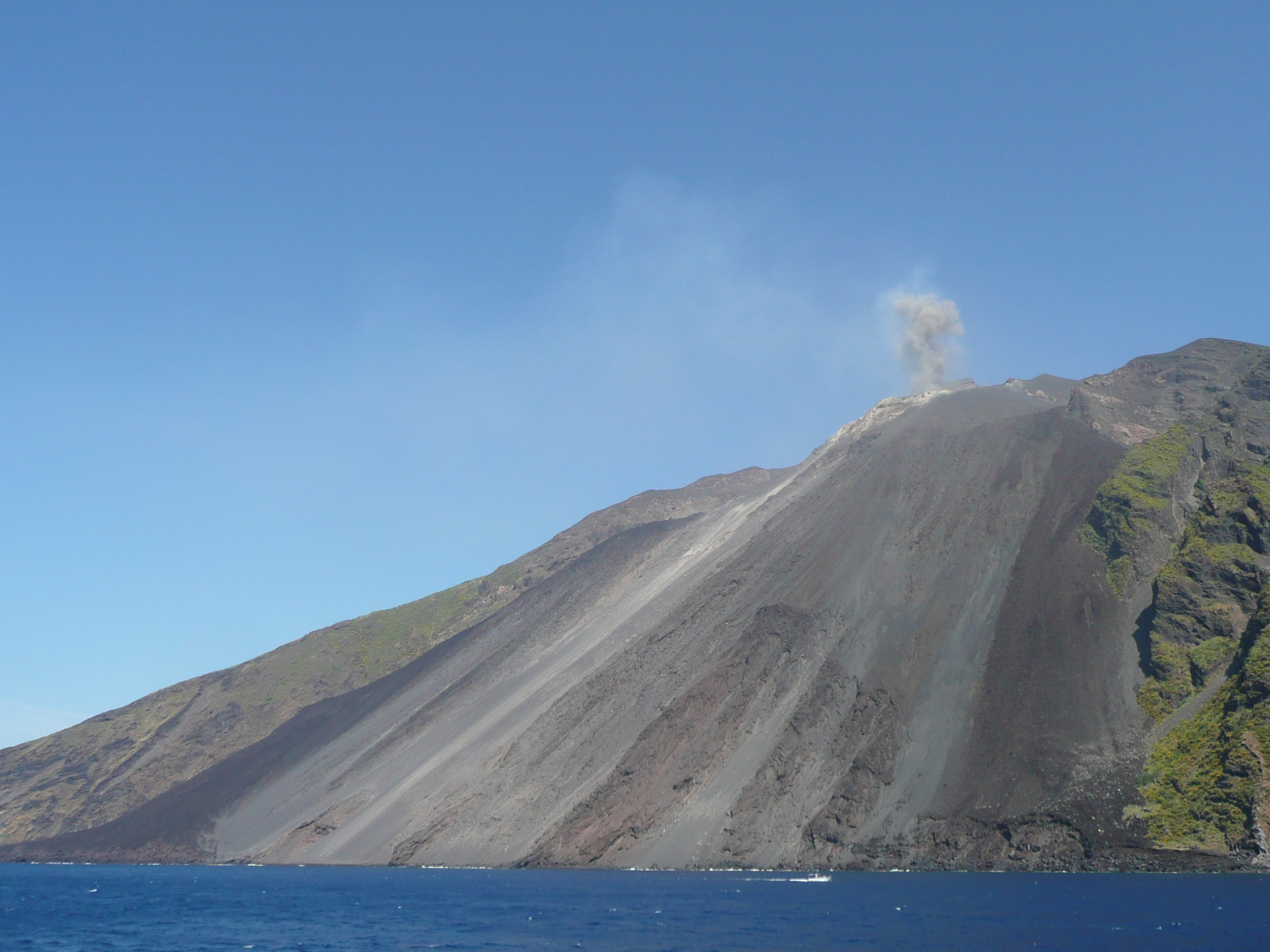 https://upload.wikimedia.org/wikipedia/commons/7/70/Stromboli_2009-06-05_D_Bruyere.JPG