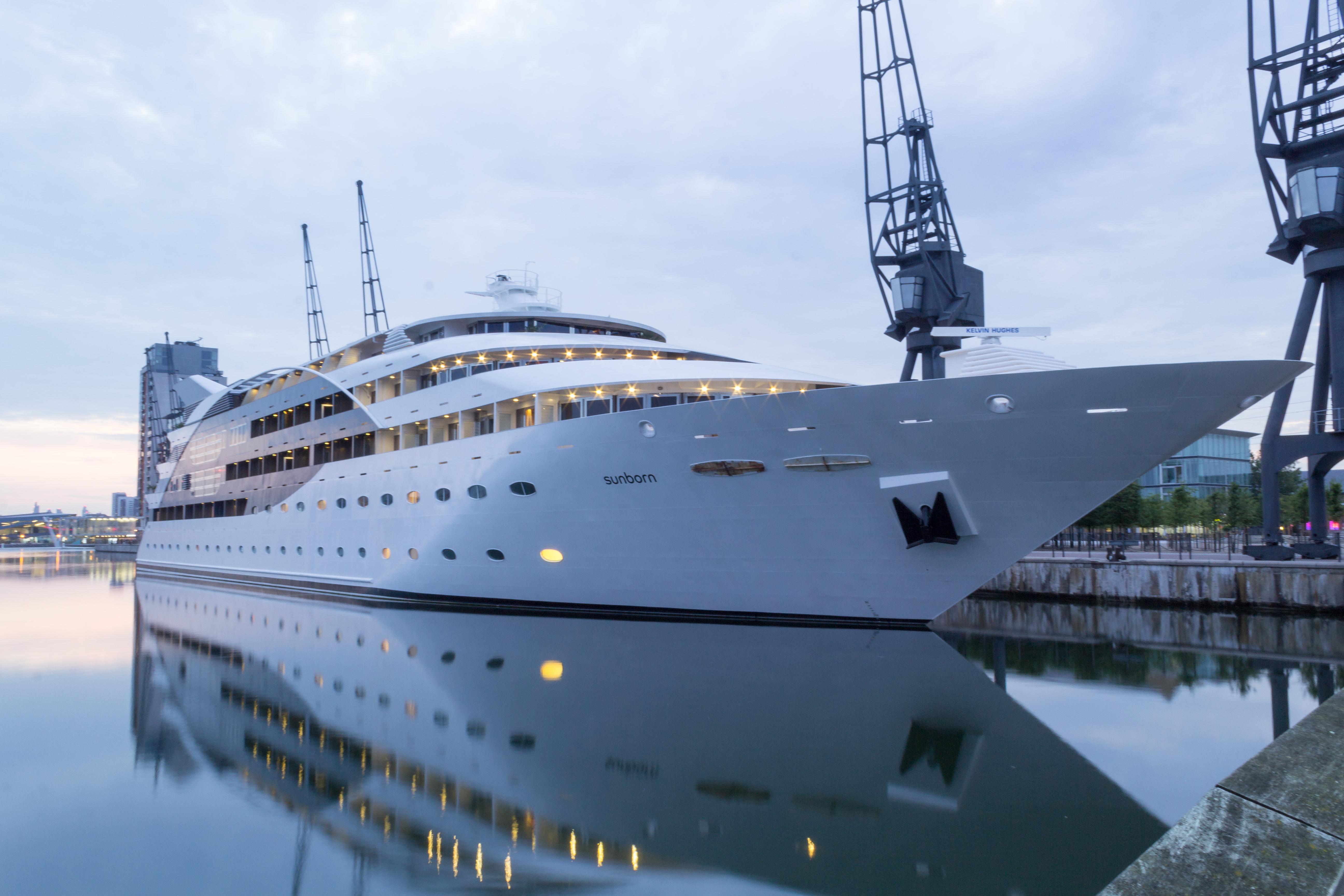 Experience River Thames: Sunborn London Yacht Hotel 2014-07.jpg
