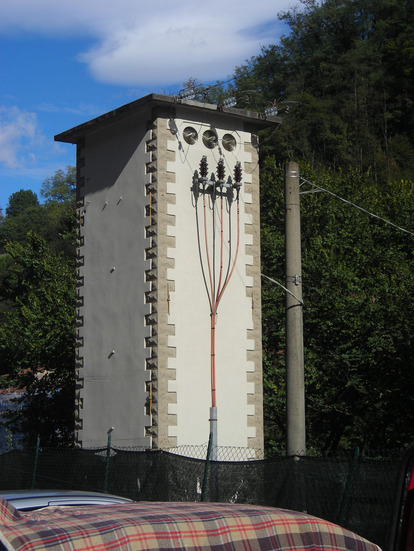 File:Trafokiosk i Bagni di Lucca i Italia.jpg - Wikimedia Commons