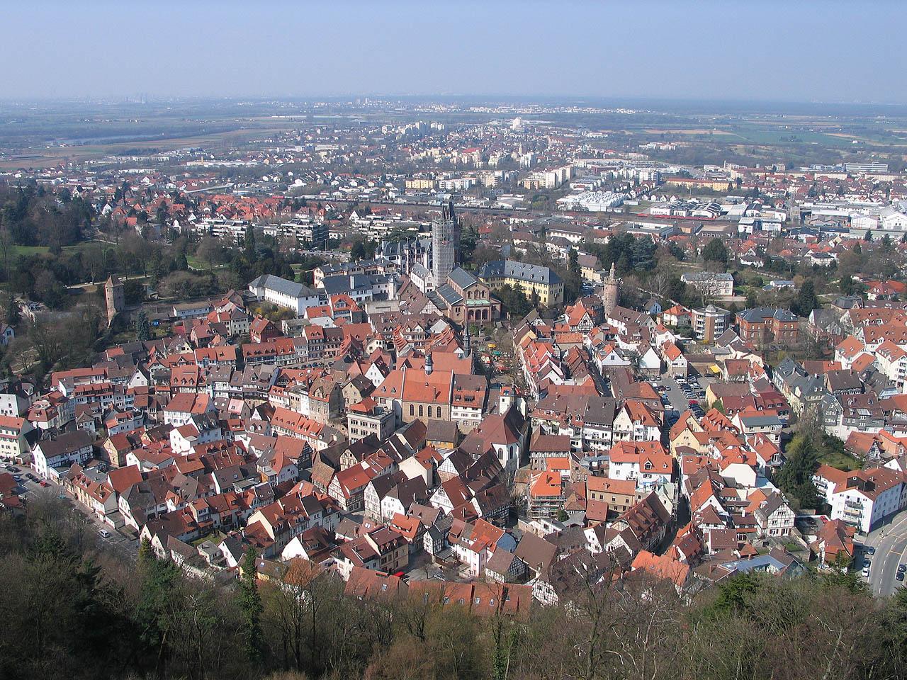Das Urheberrecht auf dieses Foto hat: WIKIPEDIA Mehr Infos hier: http://upload.wikimedia.org/wikipedia/commons/7/71/20060408-Weinheim_von_der_Burg_Windeck.jpg