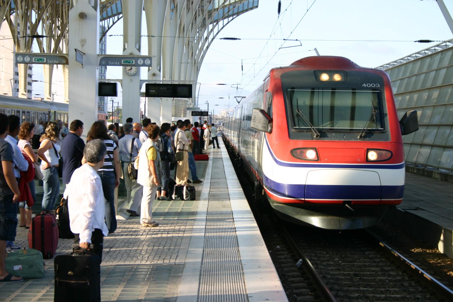 Ein Alfa Pendular im Bahnhof Lissabon Oriente