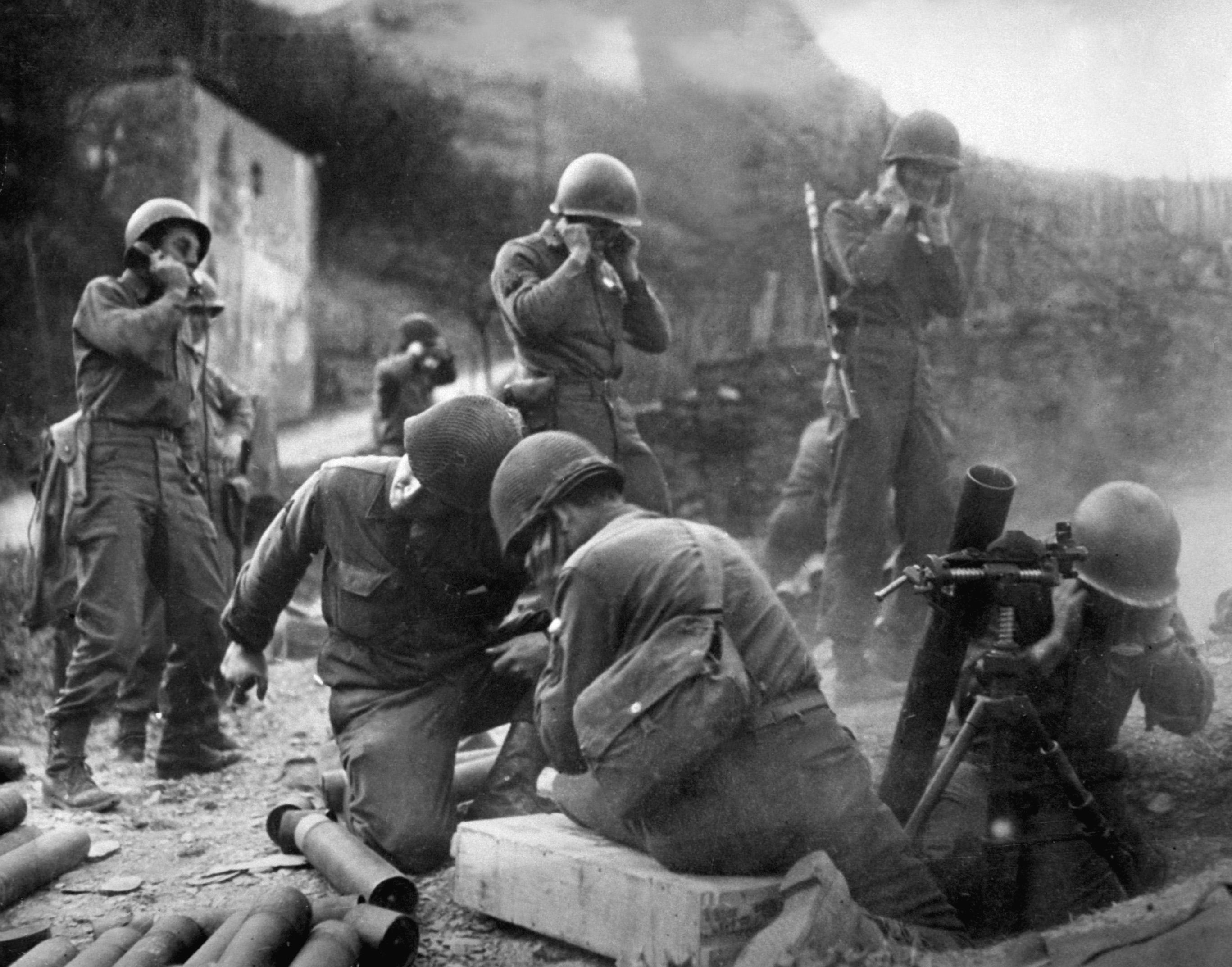 American mortar crew in action near the Rhine, 1945.JPEG