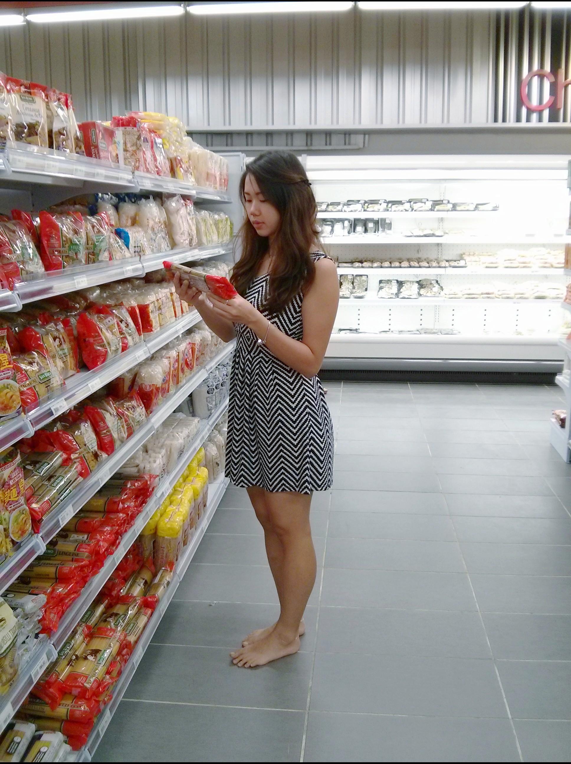 https://upload.wikimedia.org/wikipedia/commons/7/71/Barefoot_women_in_supermarket2.jpg