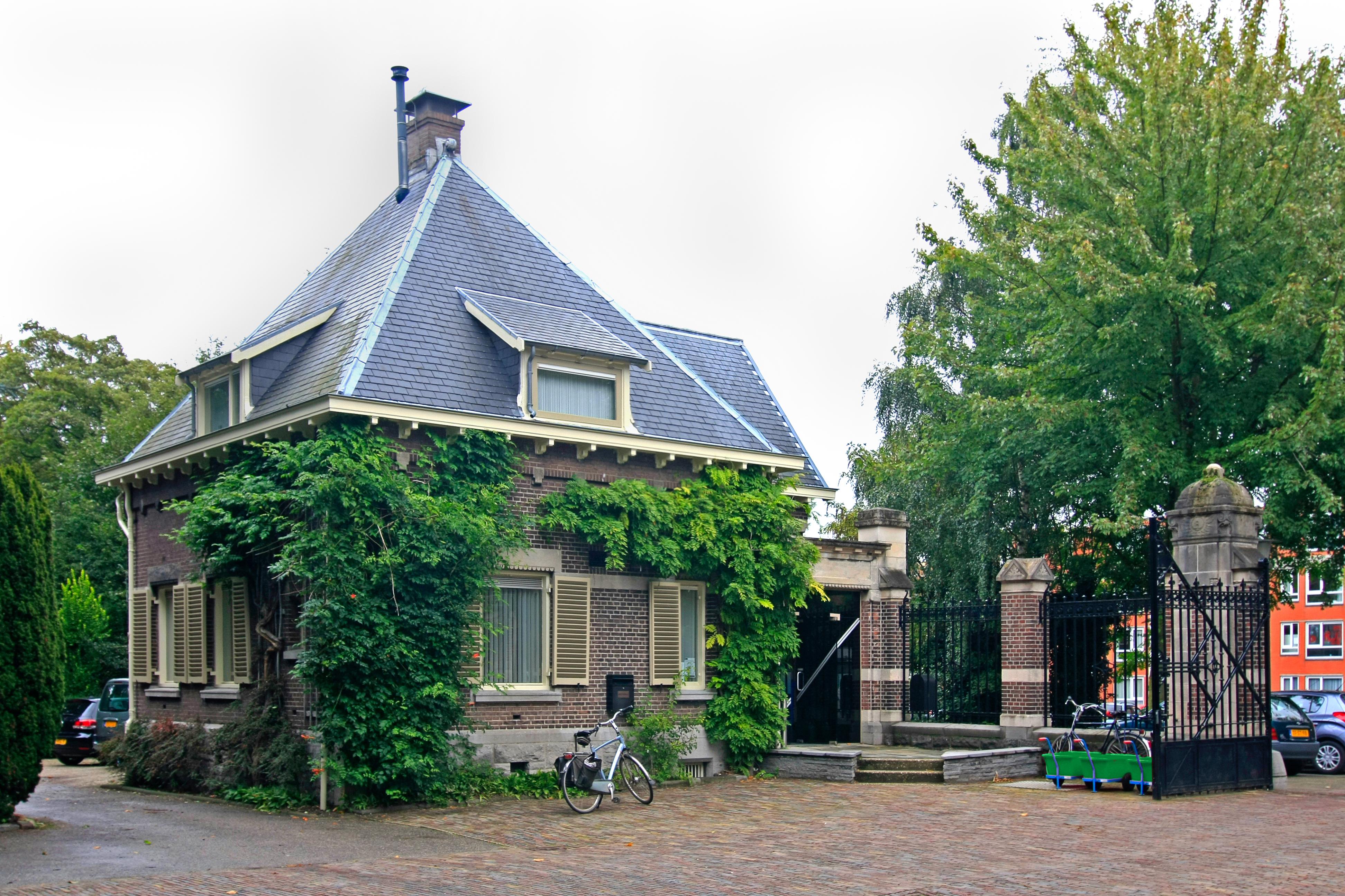 Algemene begraafplaats crooswijk twee poortgebouwen met for Rotterdam crooswijk