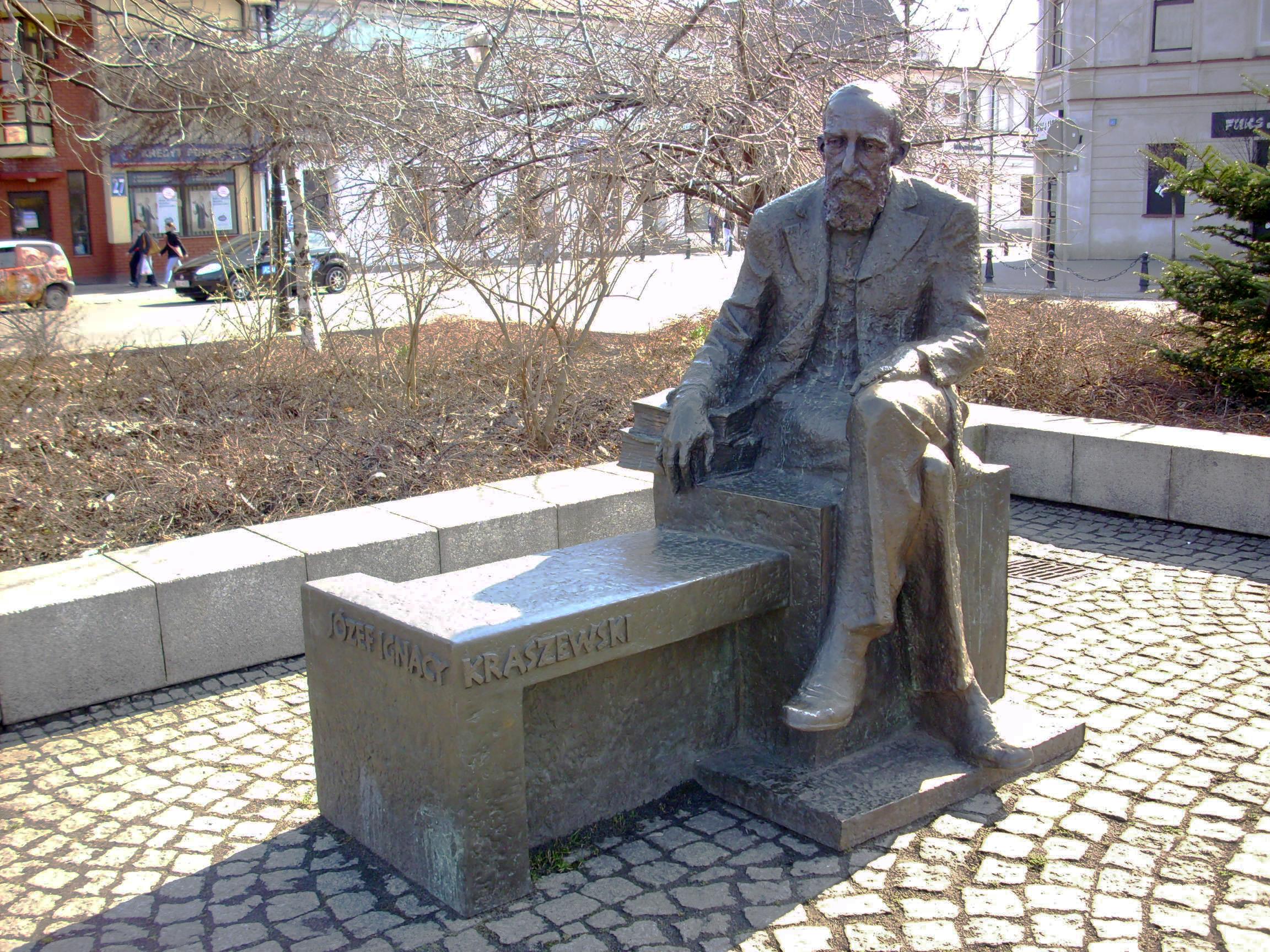 https://upload.wikimedia.org/wikipedia/commons/7/71/Biala-Podlaska-pomnik-Kraszewskiego.jpg