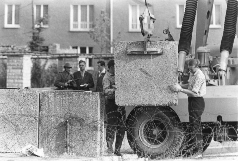 Bau der Berliner Mauer im August 1961: Provisorisches Absperren durch Stacheldraht, dann Aufstellen erster Betonblöcke