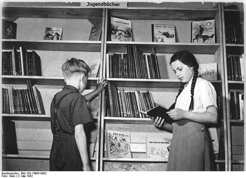 Bundesarchiv Bild 183-14805-0002, Berlin, öffentliche Bibliothek, Jugendabteilung.jpg