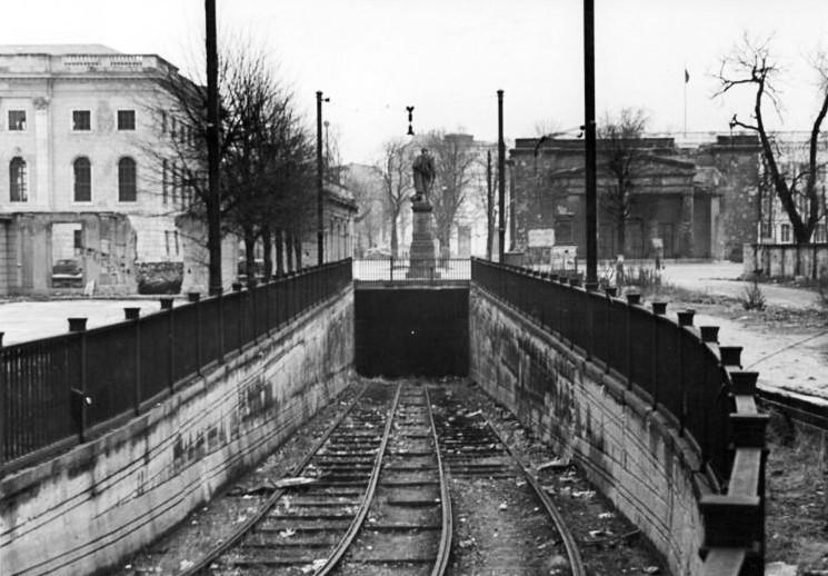 Lindentunnel, Bundesarchiv, Bild 183-S93383 / Funck, Heinz / CC-BY-SA 3.0 [CC BY-SA 3.0 de (https://creativecommons.org/licenses/by-sa/3.0/de/deed.en)], via Wikimedia Commons