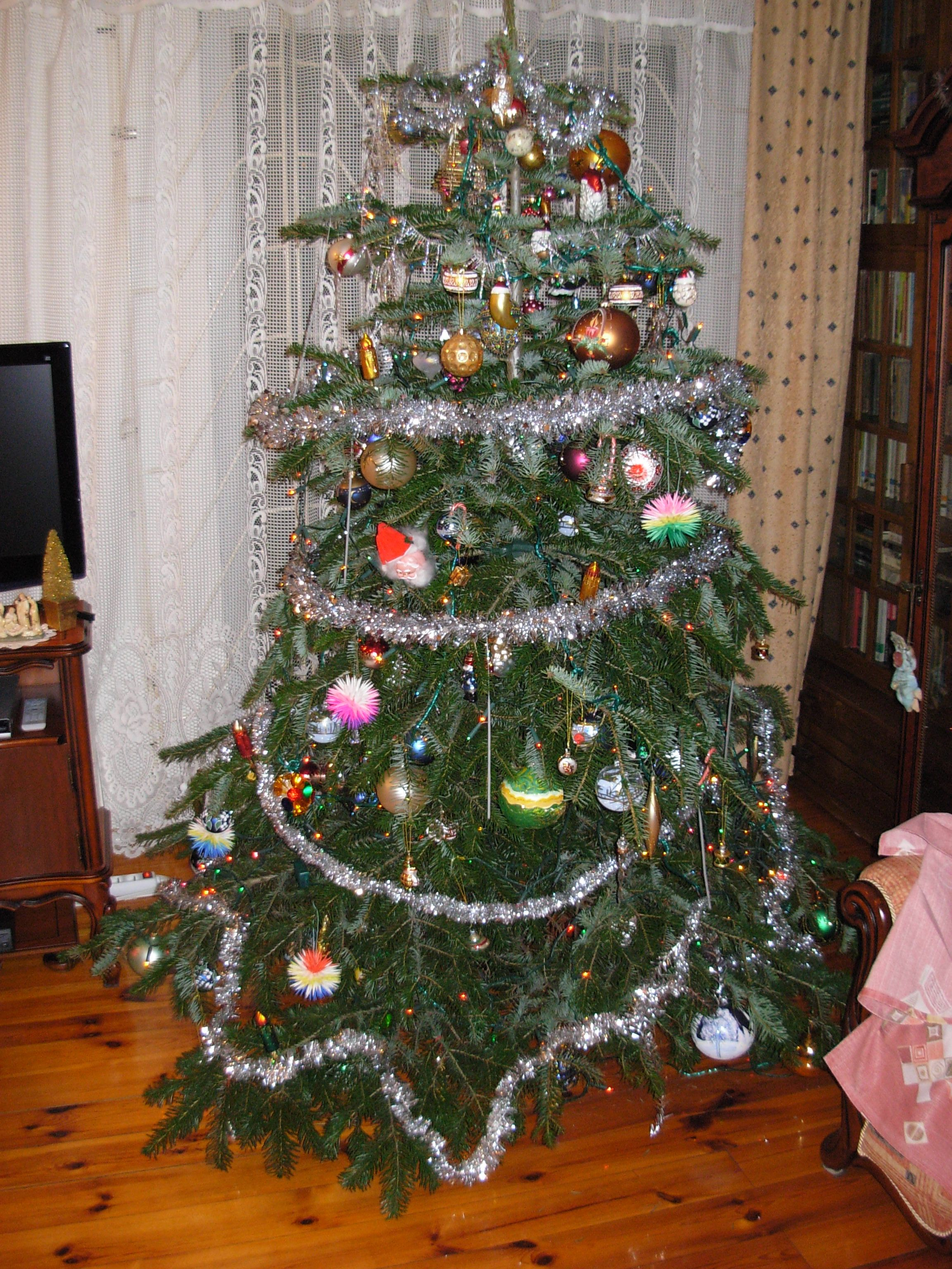 File choinka jpg wikimedia commons How to hang garland on a christmas tree