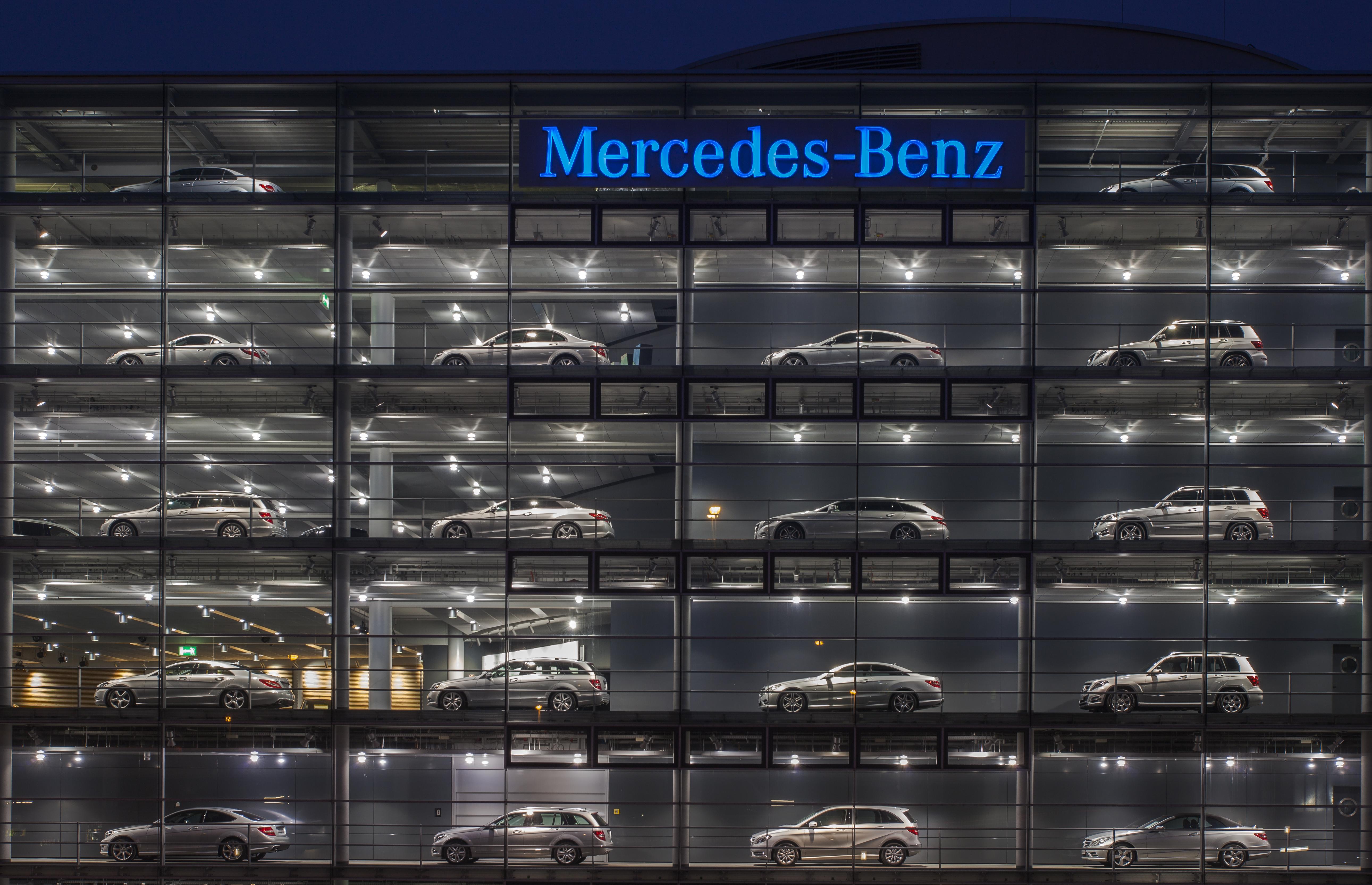 Mercedes Benz Dealership >> File:Concesionario de Mercedes-Benz, Múnich, Alemania ...