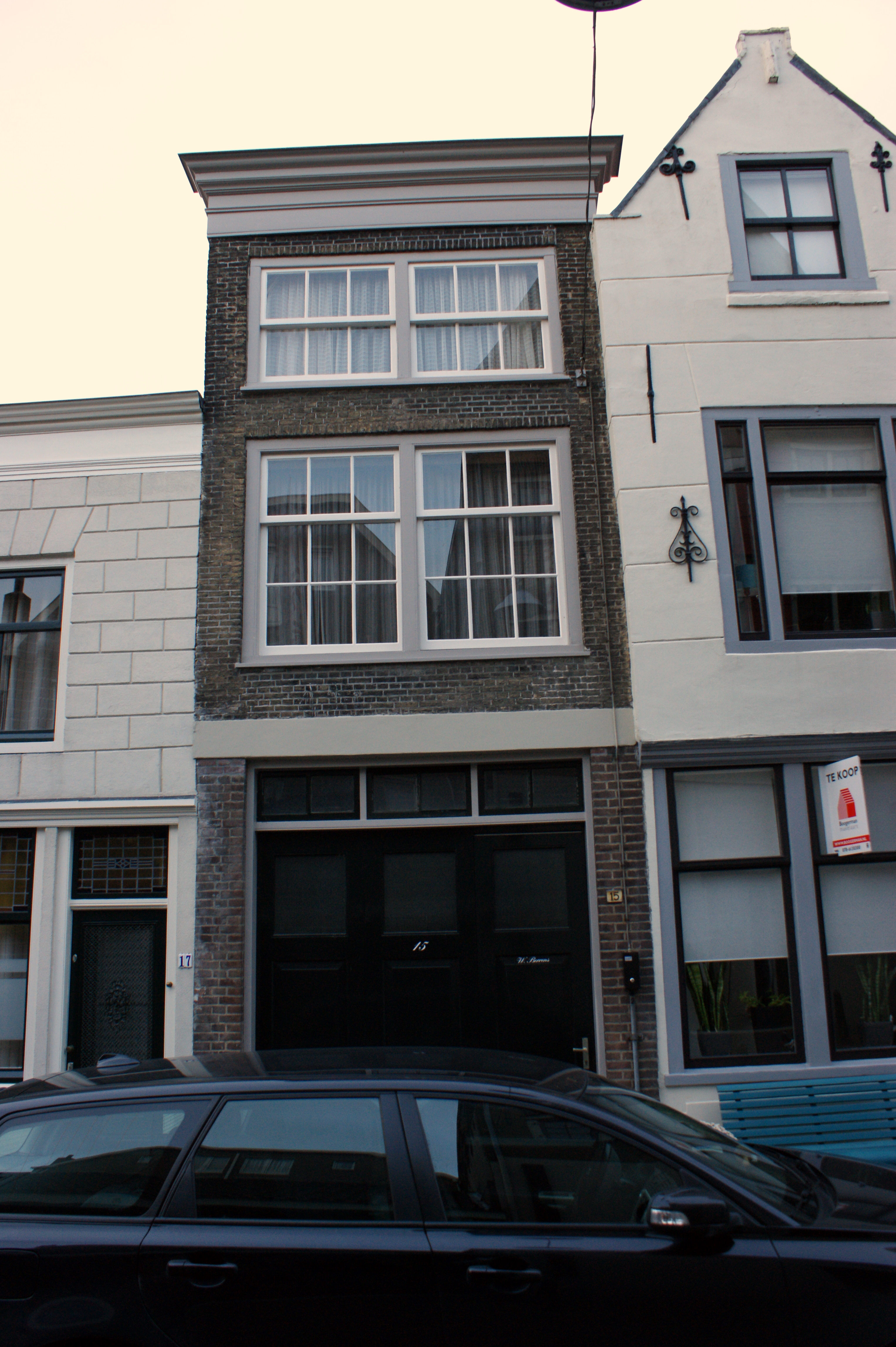 Pand met lijstgevel voor huis met in de gevel oude tweelichtskozijnen en roedenverdeling in - Oude huis gevel ...