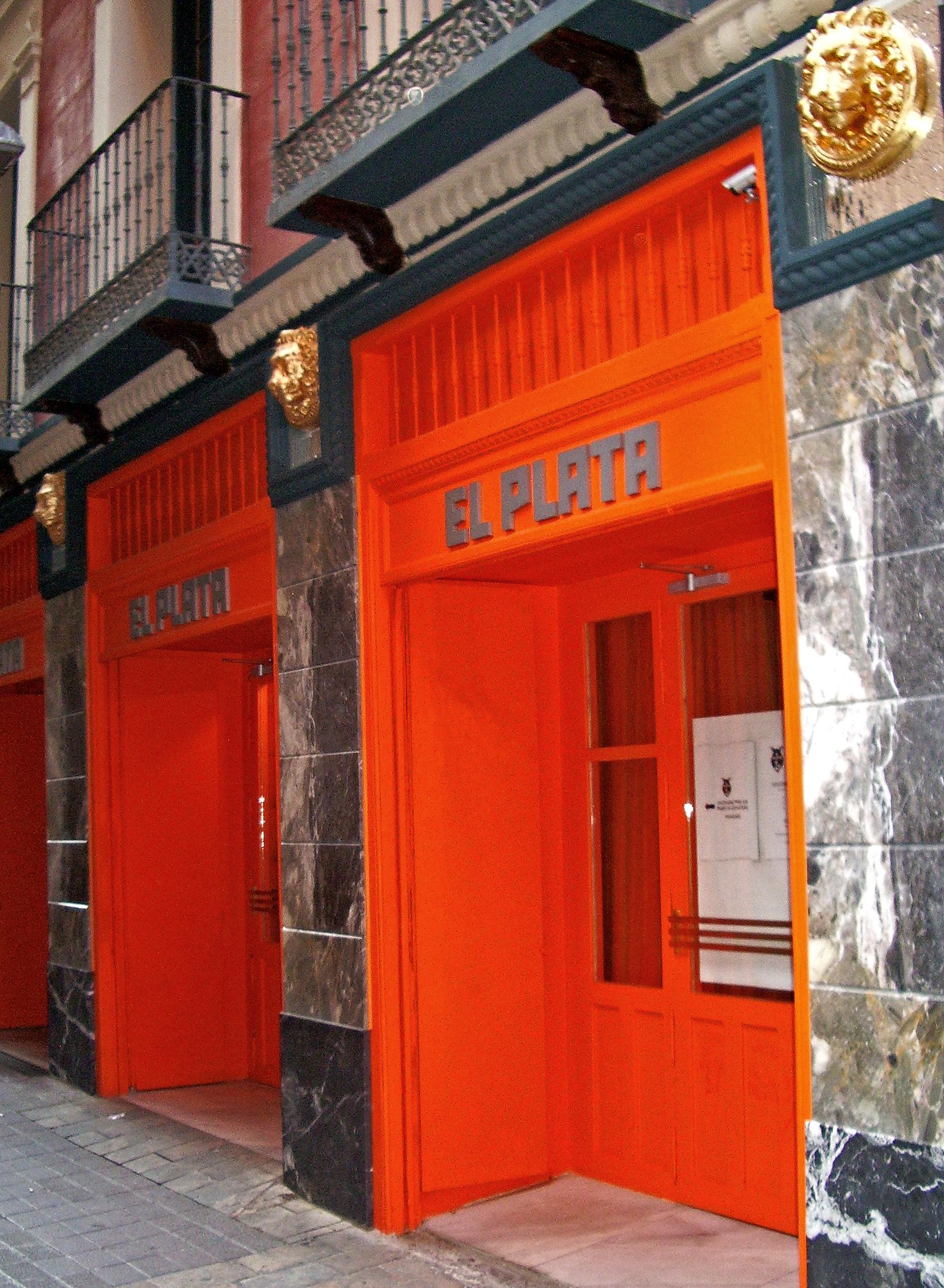 Fachada de «El Plata» en Zaragoza, considerado el último café cantante de España.