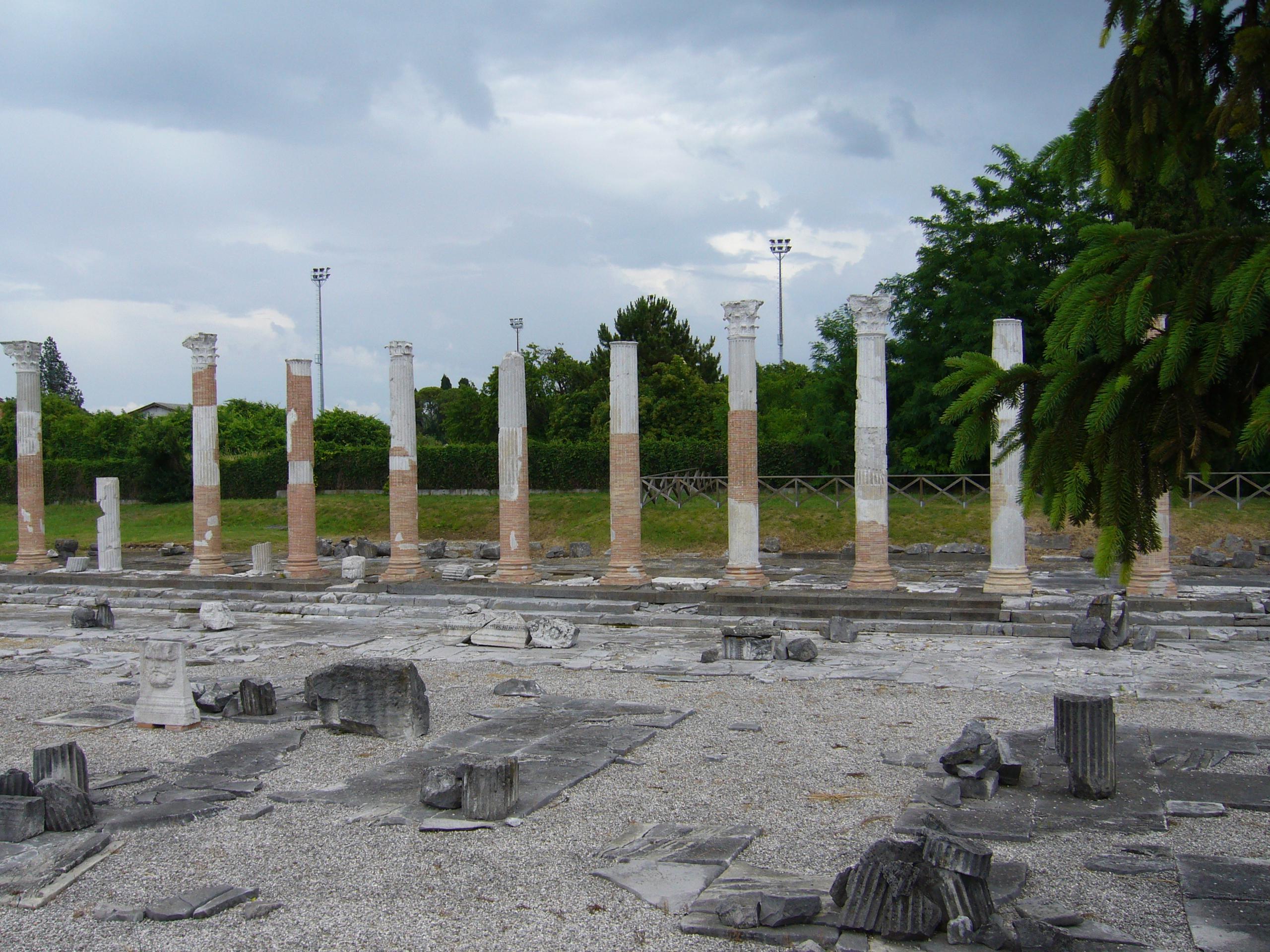 File:Foro Aquileia.jpg