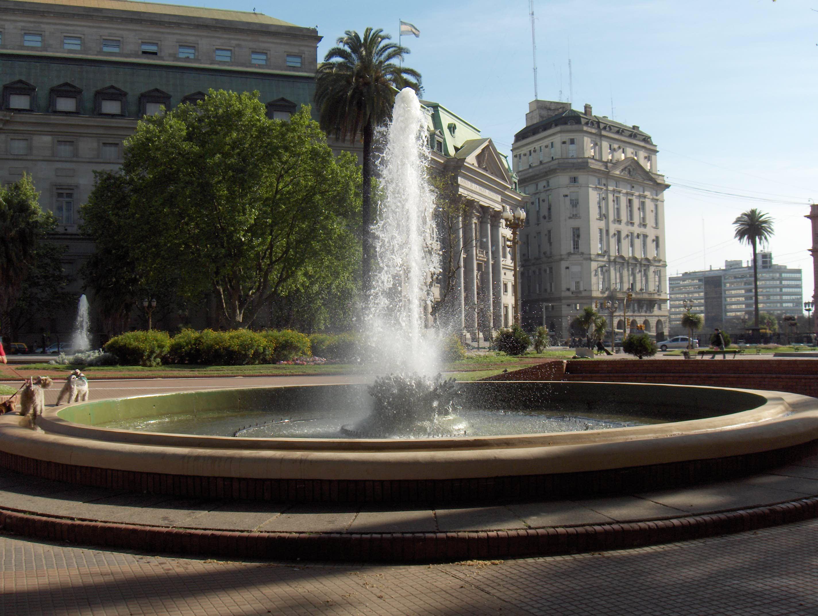 Fuente_de_la_Plaza_de_Mayo.jpg