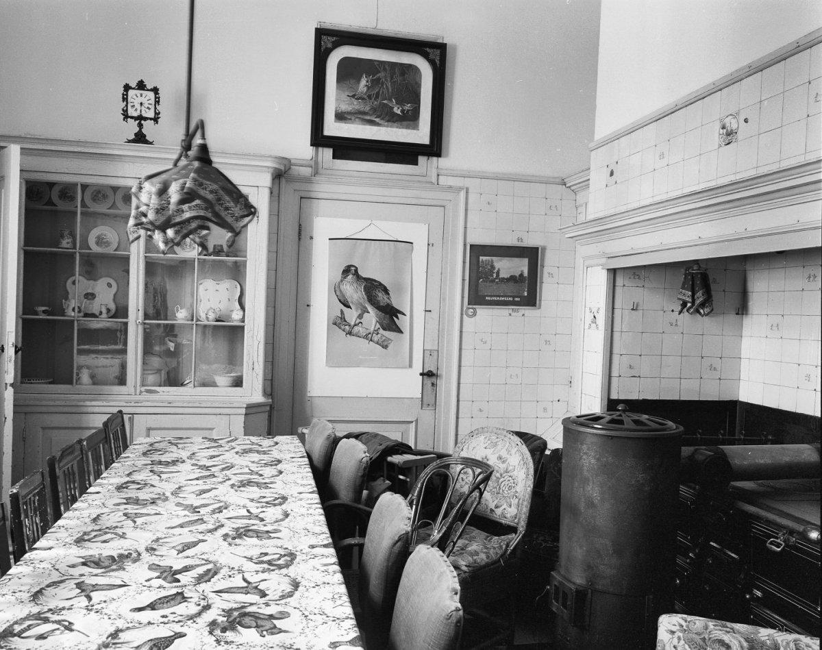File interieur keuken betegelde schouw vitrinekast for Interieur 607