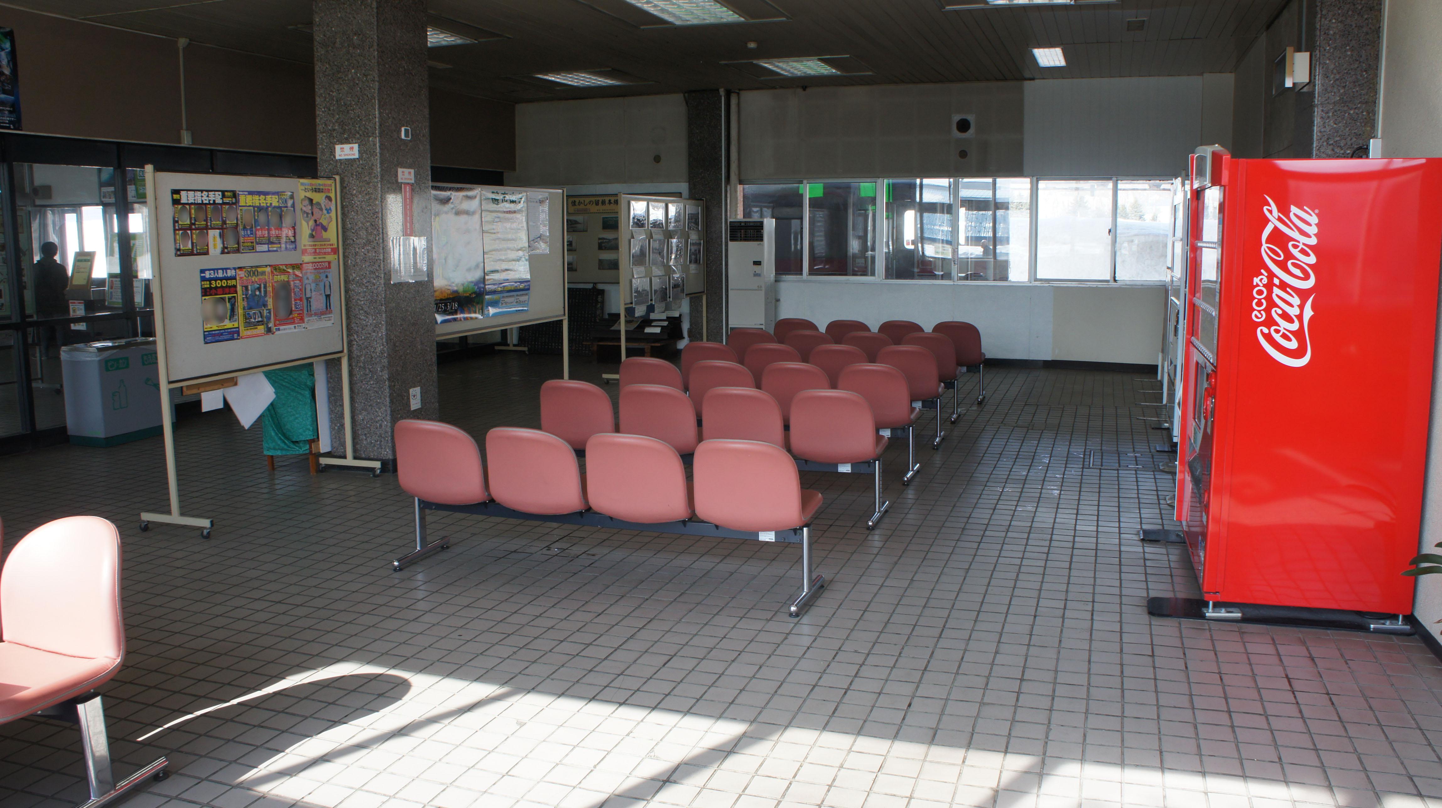 https://upload.wikimedia.org/wikipedia/commons/7/71/JR_Rumoi-Main-Line_Rumoi_Station_Waiting_room.jpg