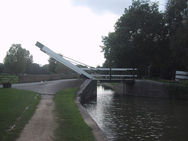 Lift Bridge over the Oxford Canal at Thrupp - geograph.org.uk - 966648