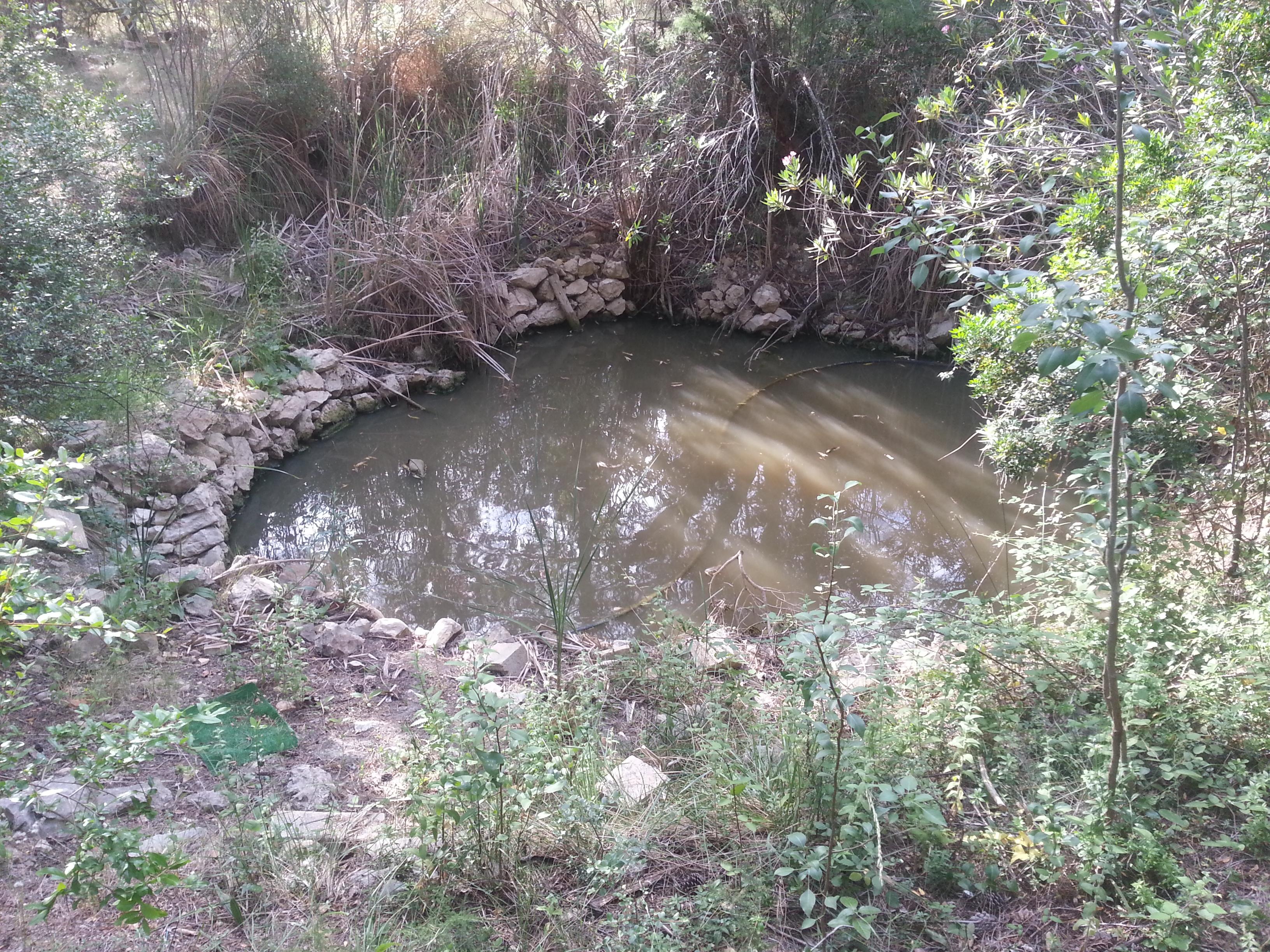 File:Manantial de agua donde se amasaba la arcilla.jpg ...