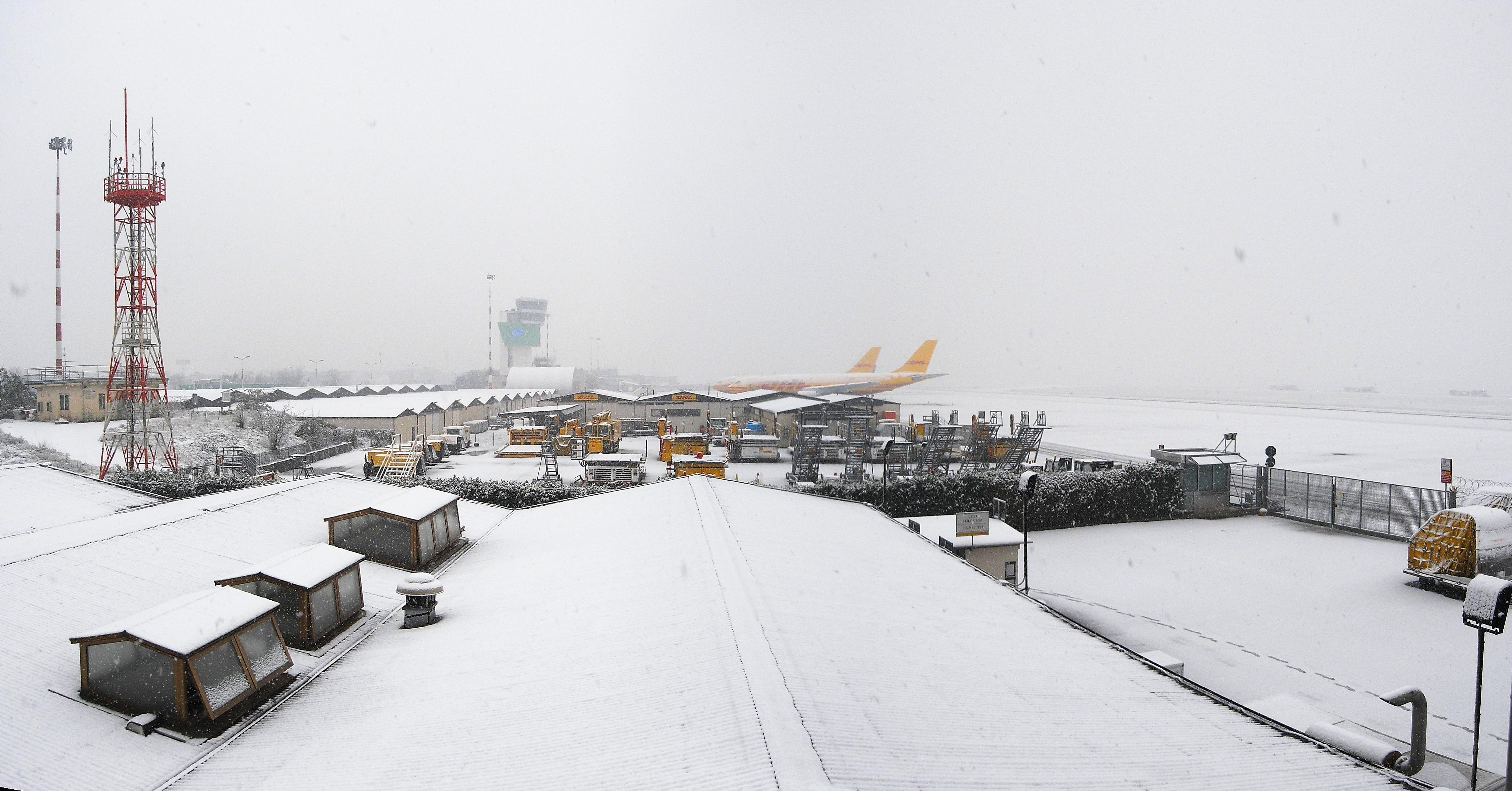 Aeroporto Orio Al Serio : Italy orio al serio airport stock photo alamy