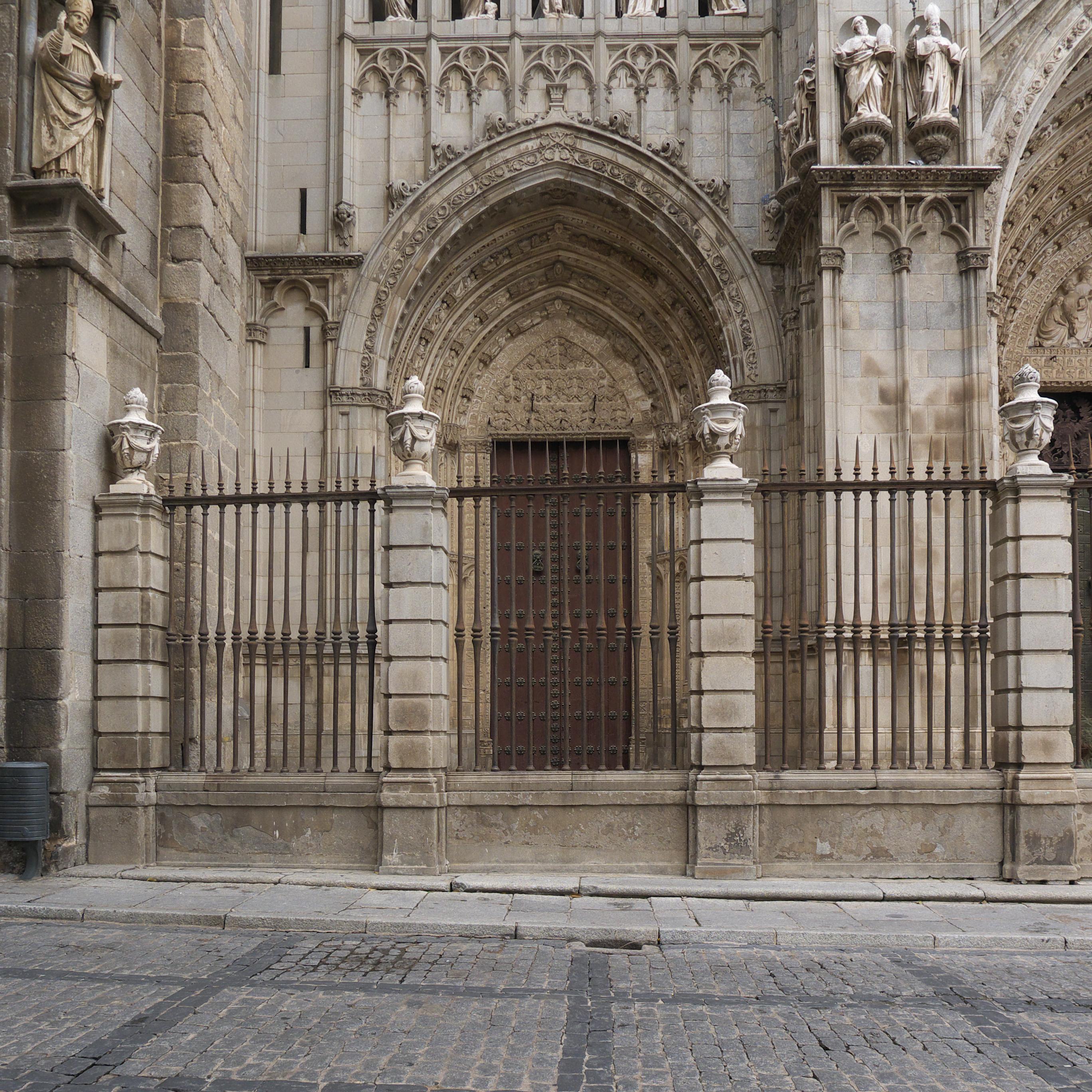 File:Puerta del Infierno. Catedral de Toledo.jpg