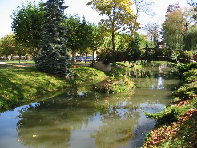Fichier:rivière en face du restaurant de george blanc