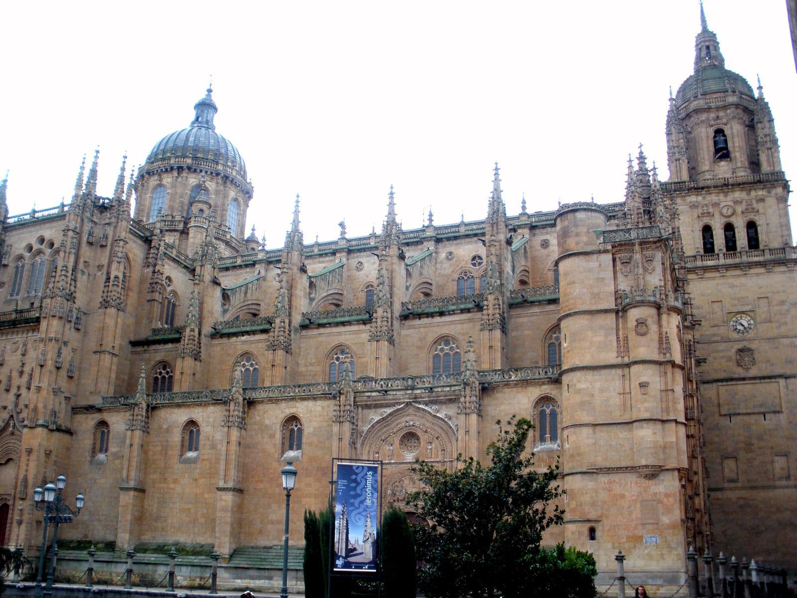 File:Salamanca - Catedral Nueva, exterior 01.jpg ...