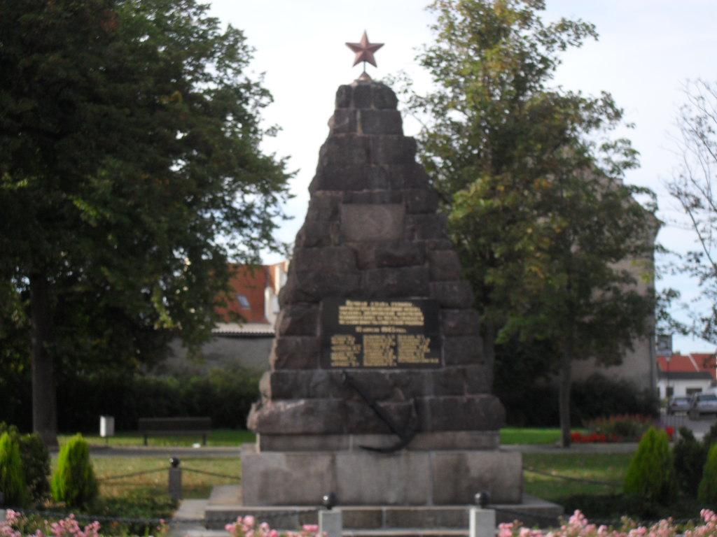 datei sowjetisches ehrenmal rossplatz eisenh ttenstadt ot f rstenberg oder jpg wikipedia. Black Bedroom Furniture Sets. Home Design Ideas