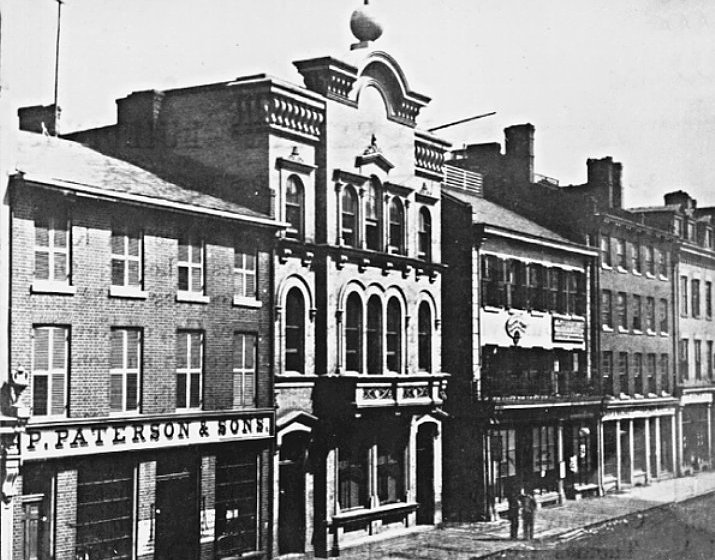 Datei:Toronto Globe office (with a globe on top) on King Street East, Toronto, Upper Canada, early 1860s.jpg