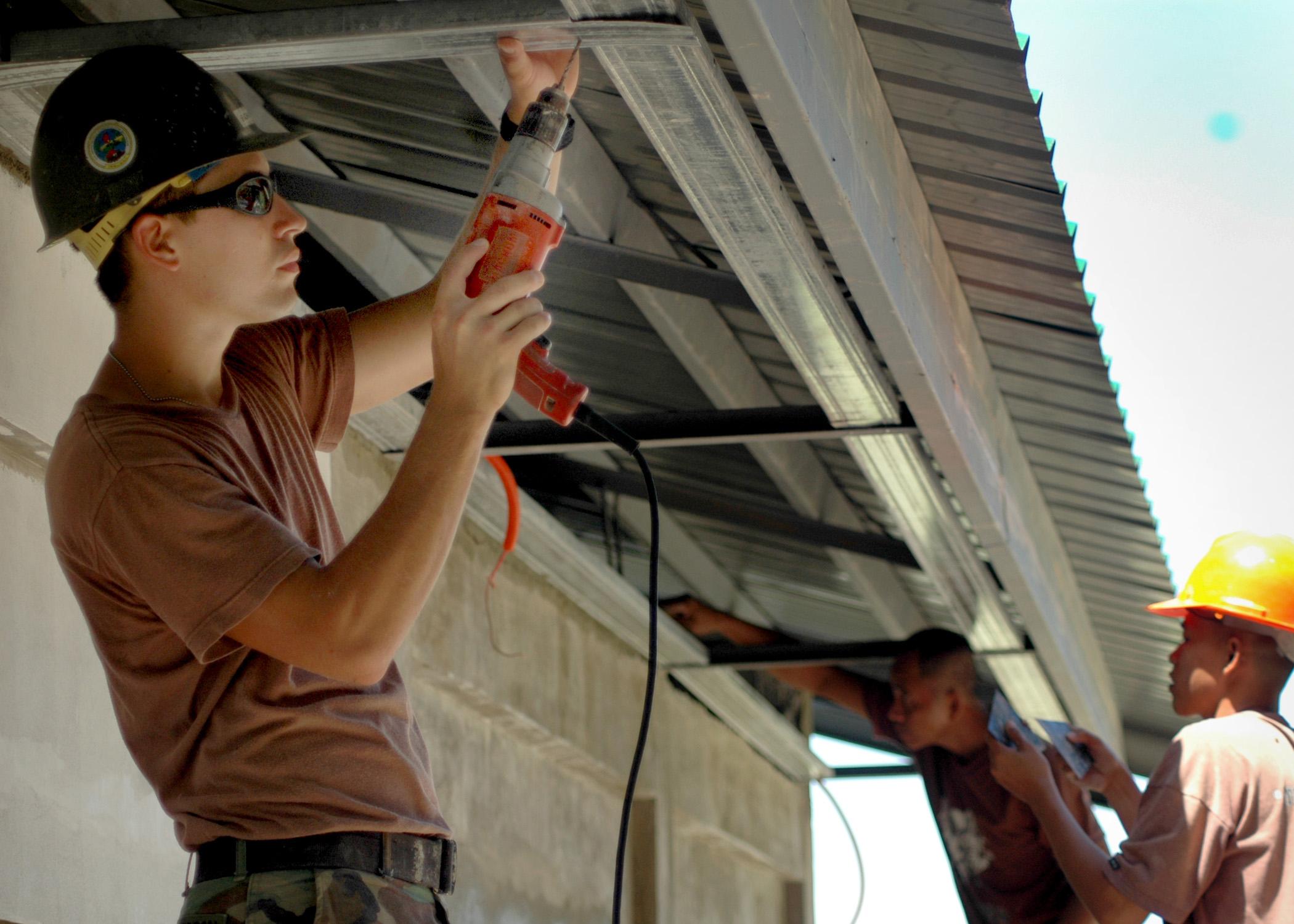 File:US Navy 060809-N-0553R-004 Builder Constructionman ...