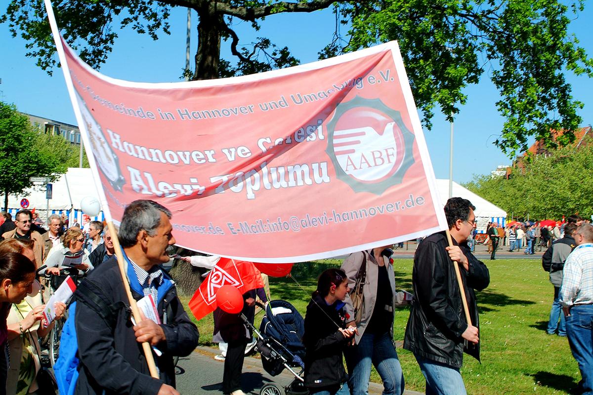 1. Mai 2011 Hannover Klagesmarktkreisel Transparent Alevitische Gemeinde in Hannover und Umgebung e.V. AABF alevi-hannover.de.jpg