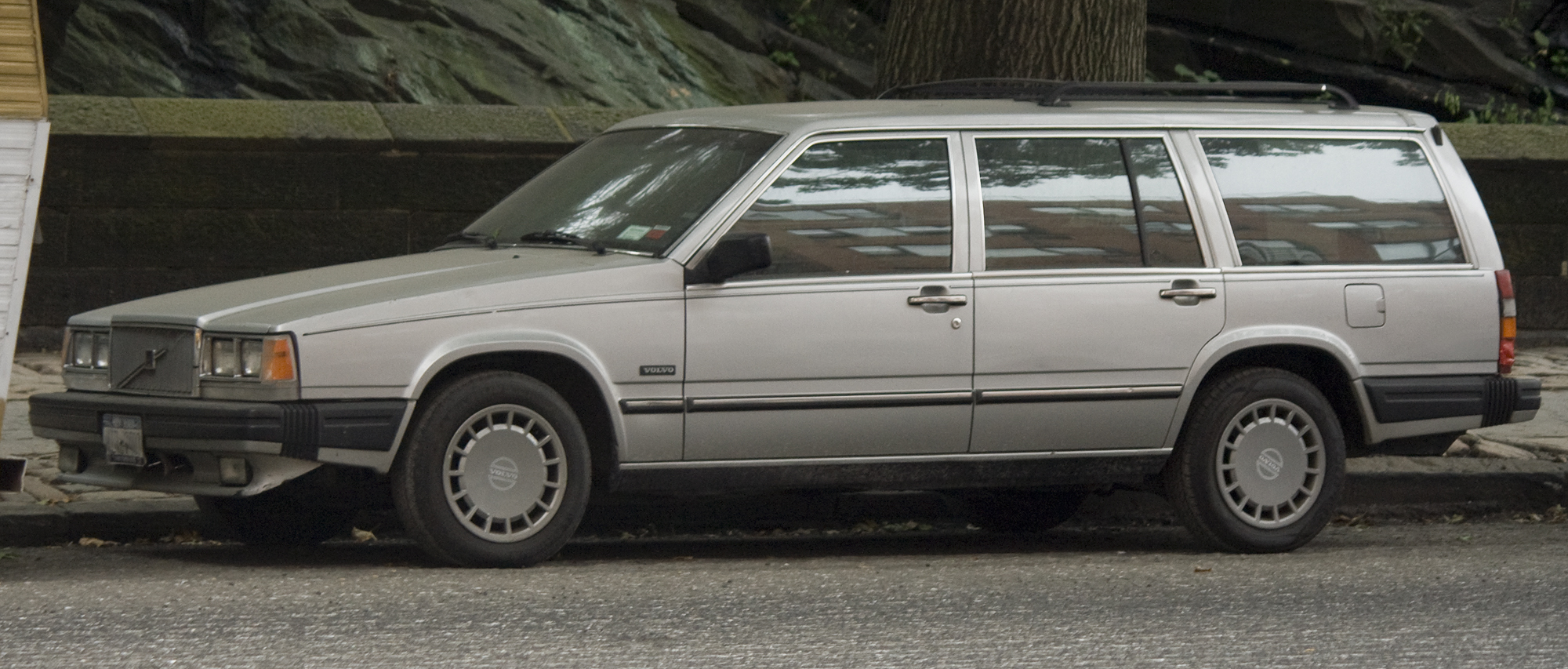 File:1989 Volvo 745 front left (NYC).jpg