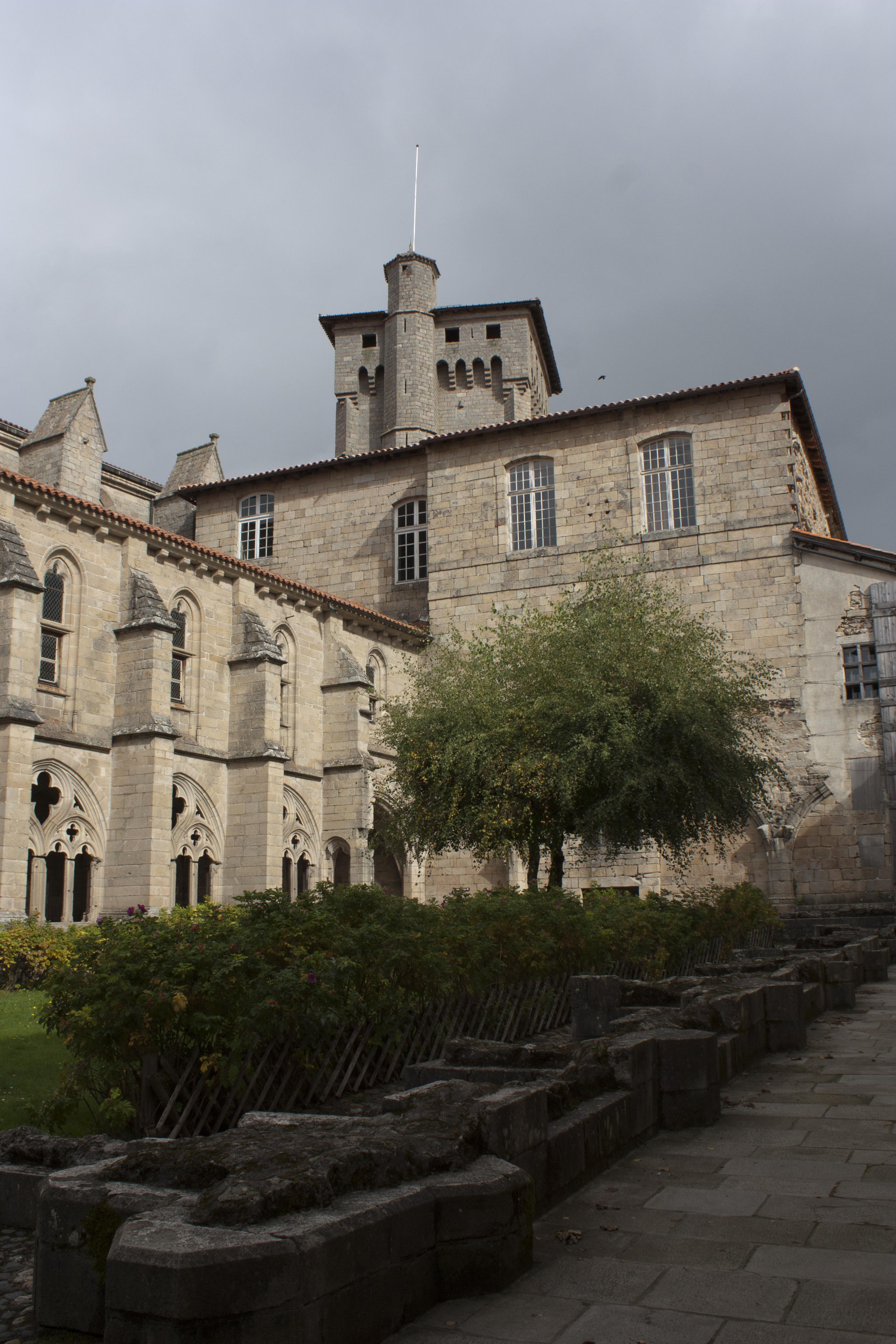 file abbaye saint robert de la chaise dieu tour clementine wikimedia commons. Black Bedroom Furniture Sets. Home Design Ideas