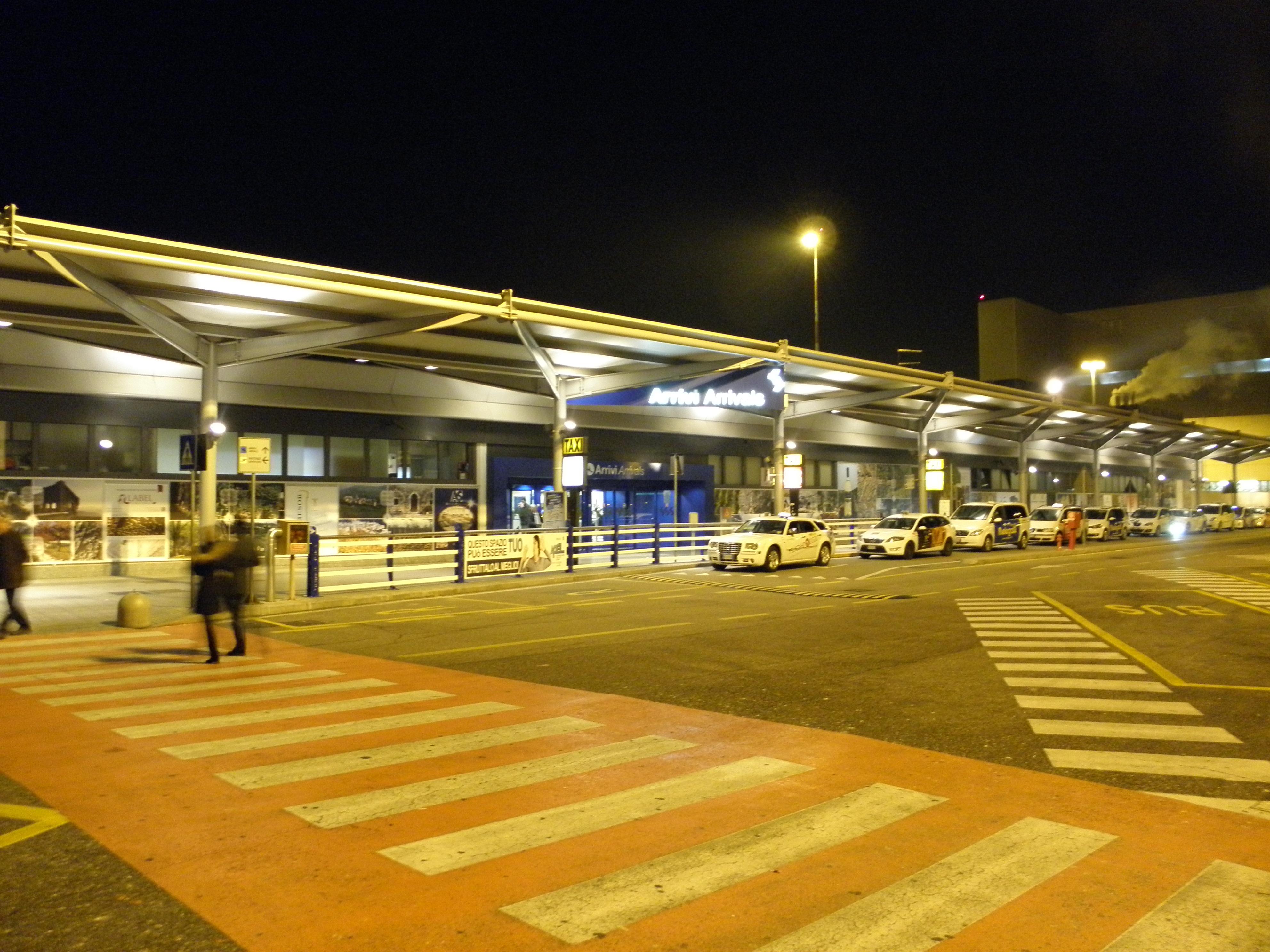 Aeroporto Verona Arrivi : File aeroporto di verona villafranca notturna terminal