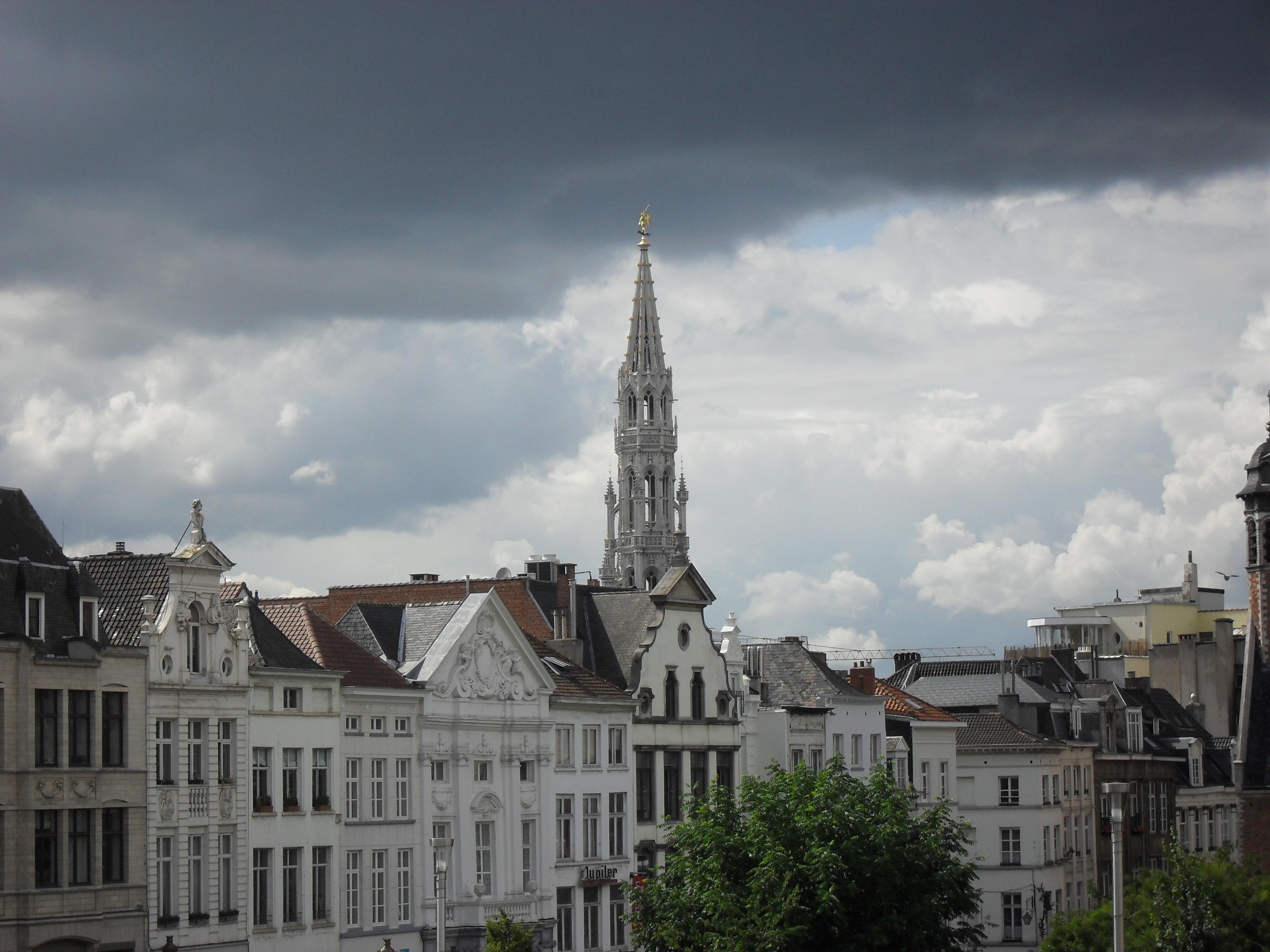 File beffroi de l 39 h tel de ville de bruxelles dans un for Hotel romantique belgique