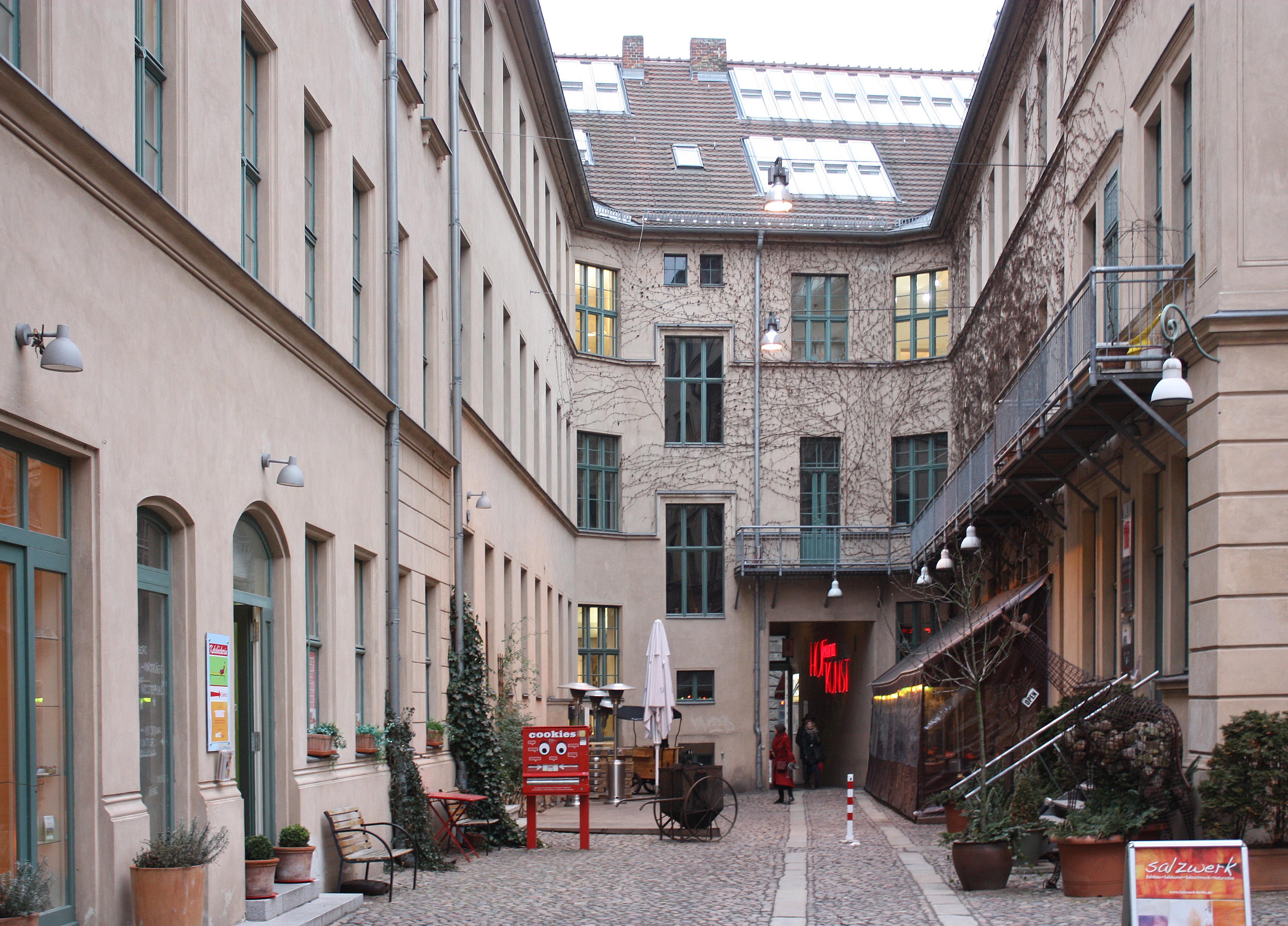 file berlin oranienburger stra e arts courtyard 1 jpg. Black Bedroom Furniture Sets. Home Design Ideas