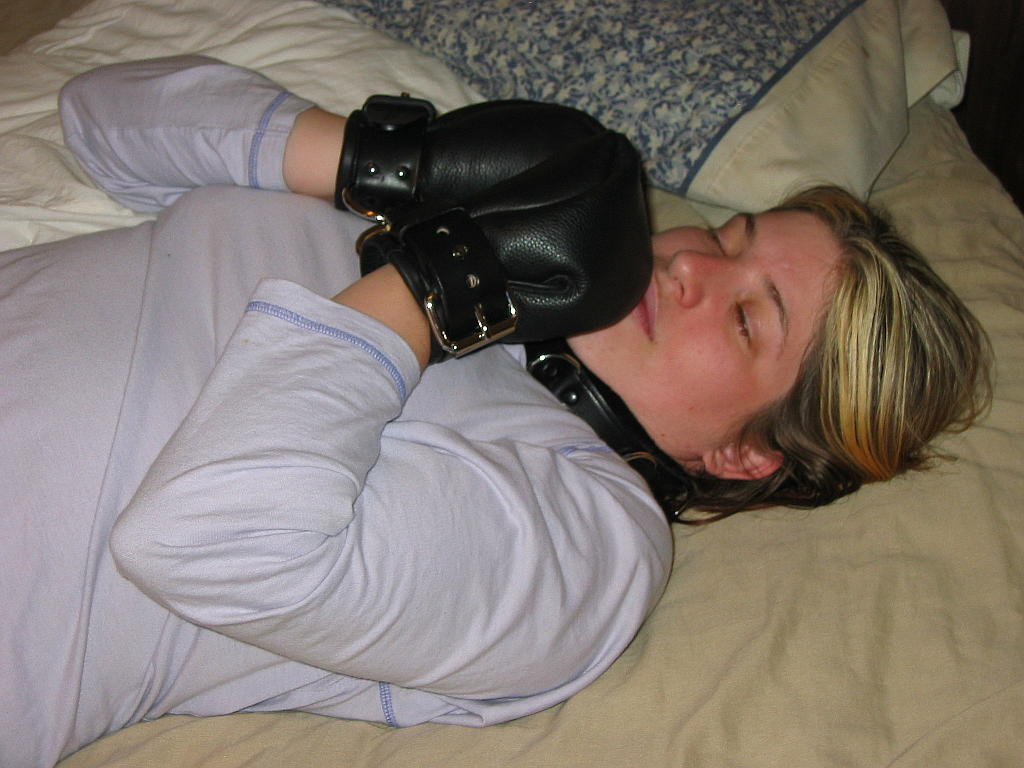 Amateur girl play rubber cock on her cunt 7