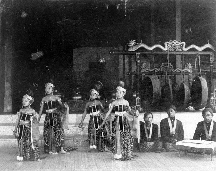 Penari anak-anak cilik di Keraton Pakualaman. sumber: tropenmuseum via wikipedia.