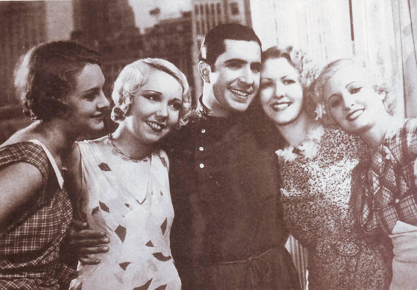 Carlos Gardel junto a las actrices que interpretaron a Peggy, Mary, Betty y Julie, las «Rubias de New York» que aparecen en la película El tango en Broadway de 1934.
