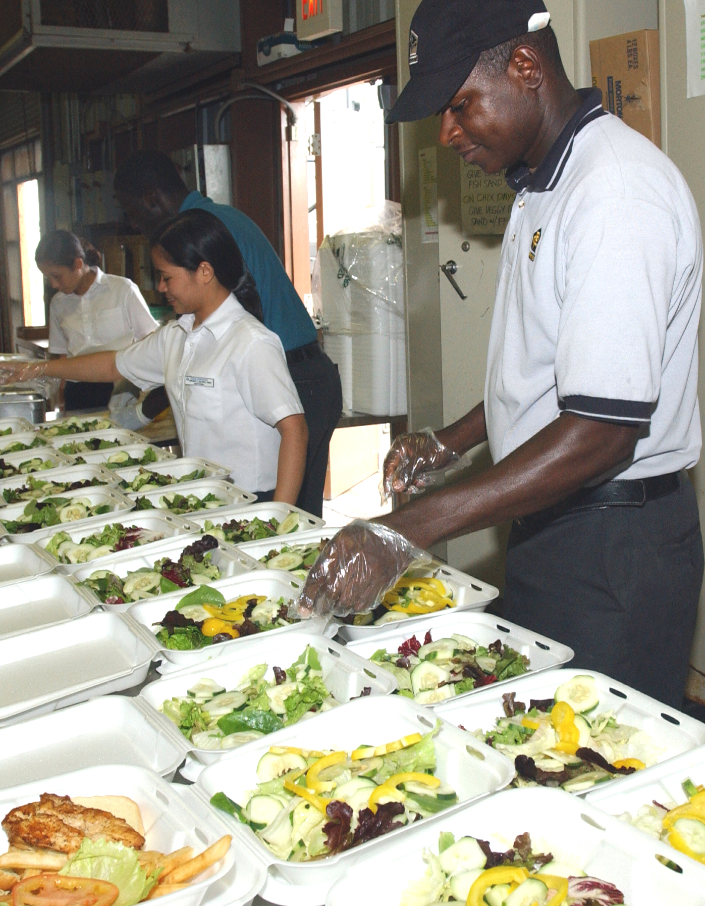 File contracted food service workers prepare meals for for Service veterinaire cuisine