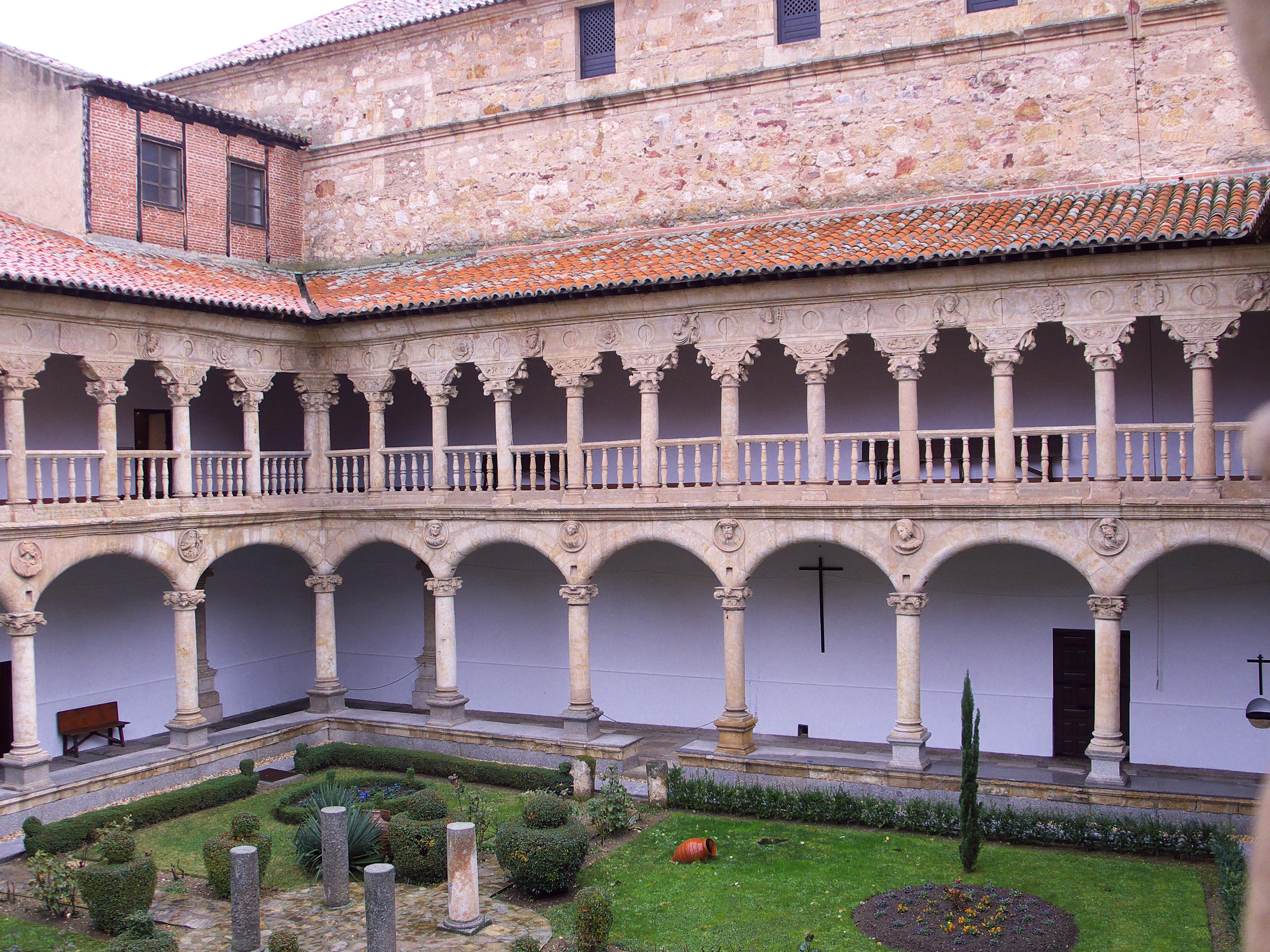 File:Convento de las Dueñas. Claustro.jpg - Wikimedia Commons