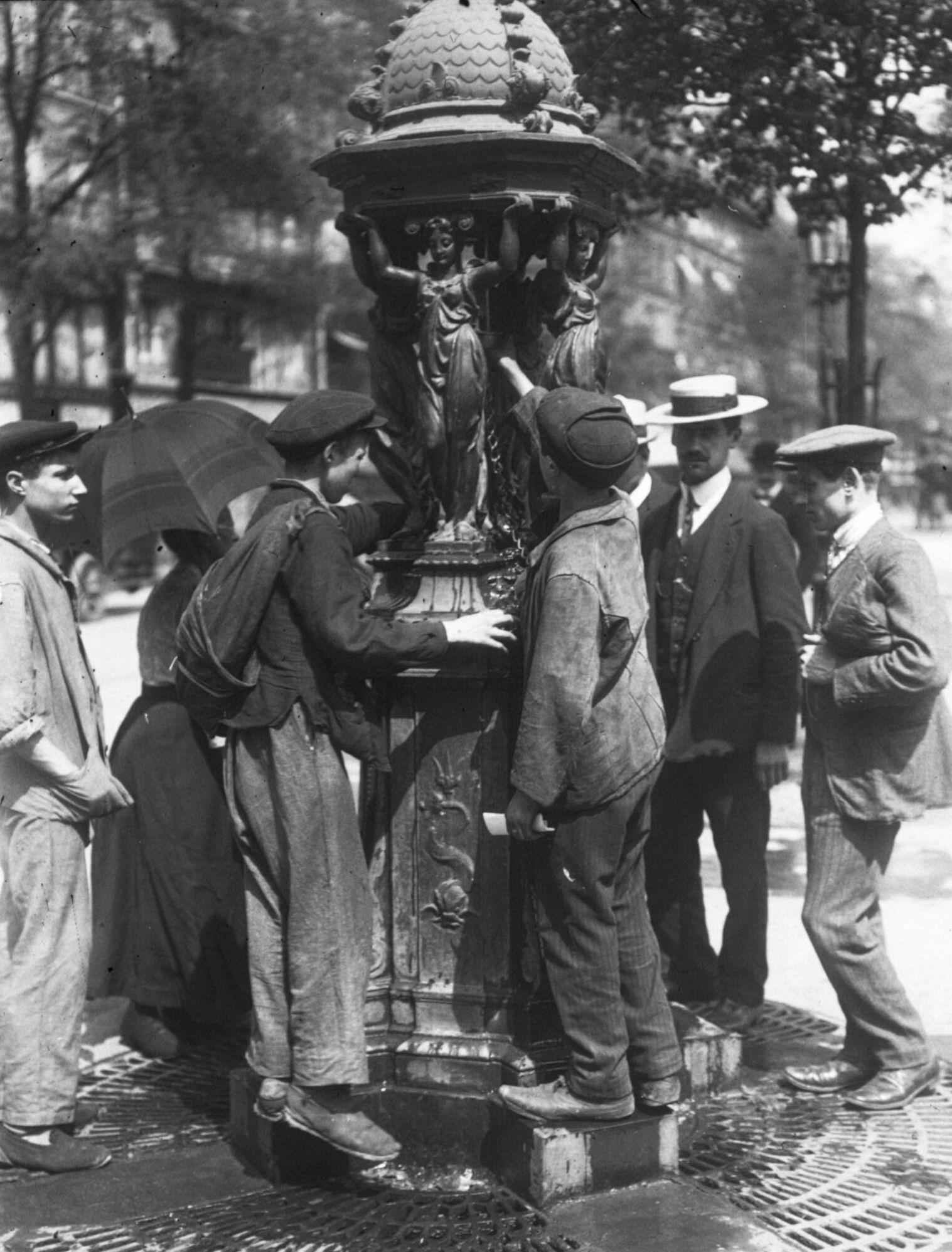 Fichier:Fontaine Wallace, Paris, 1911.jpg