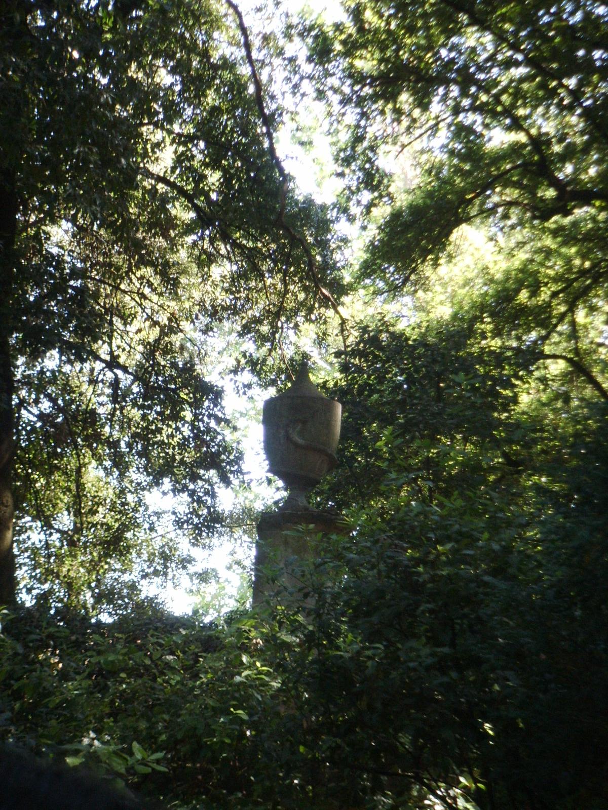 File giardino torrigiani urna con serpente jpg for Giardino torrigiani