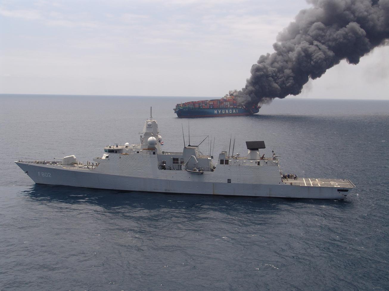 Hr Ms De Zeven Provinciën helpt brandend containerschip2 tcm46-95807.jpg