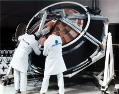 La sonda Huygens durante le ultime fasi di preparazione prima del lancio