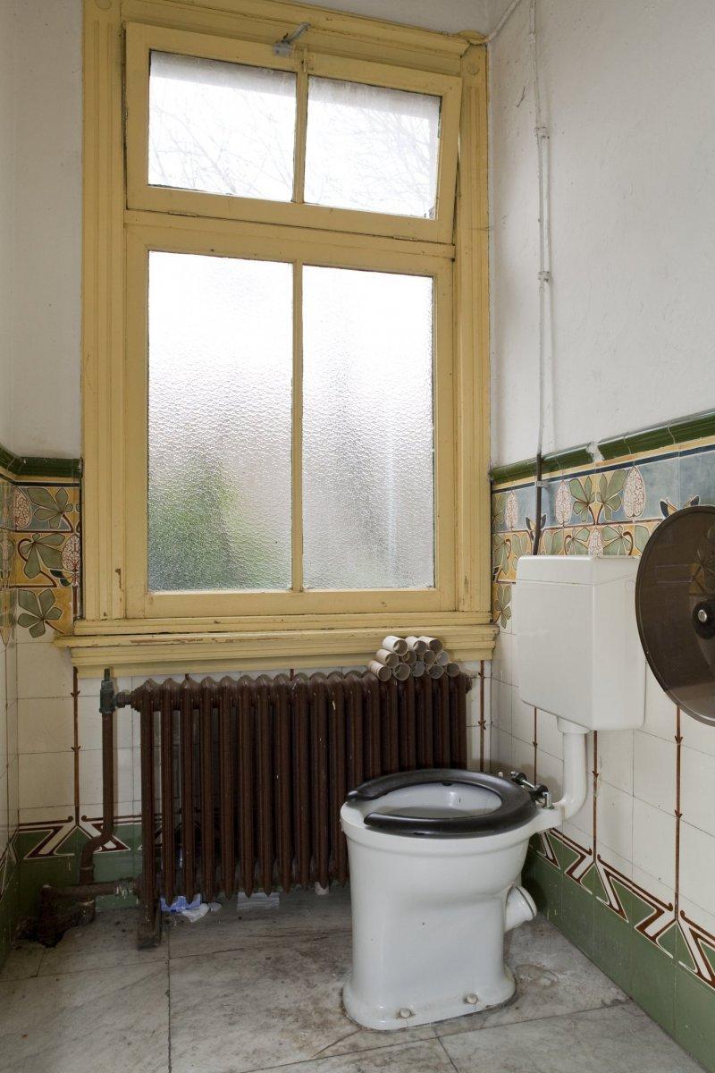 file interieur overzicht van het toilet op de begane grond met een lambrisering van art nouveau. Black Bedroom Furniture Sets. Home Design Ideas